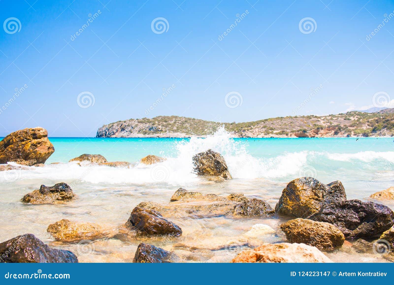 Ondas potentes en una playa rocosa Voulisma, Agios Nikolaos, Istros Grecia Crete