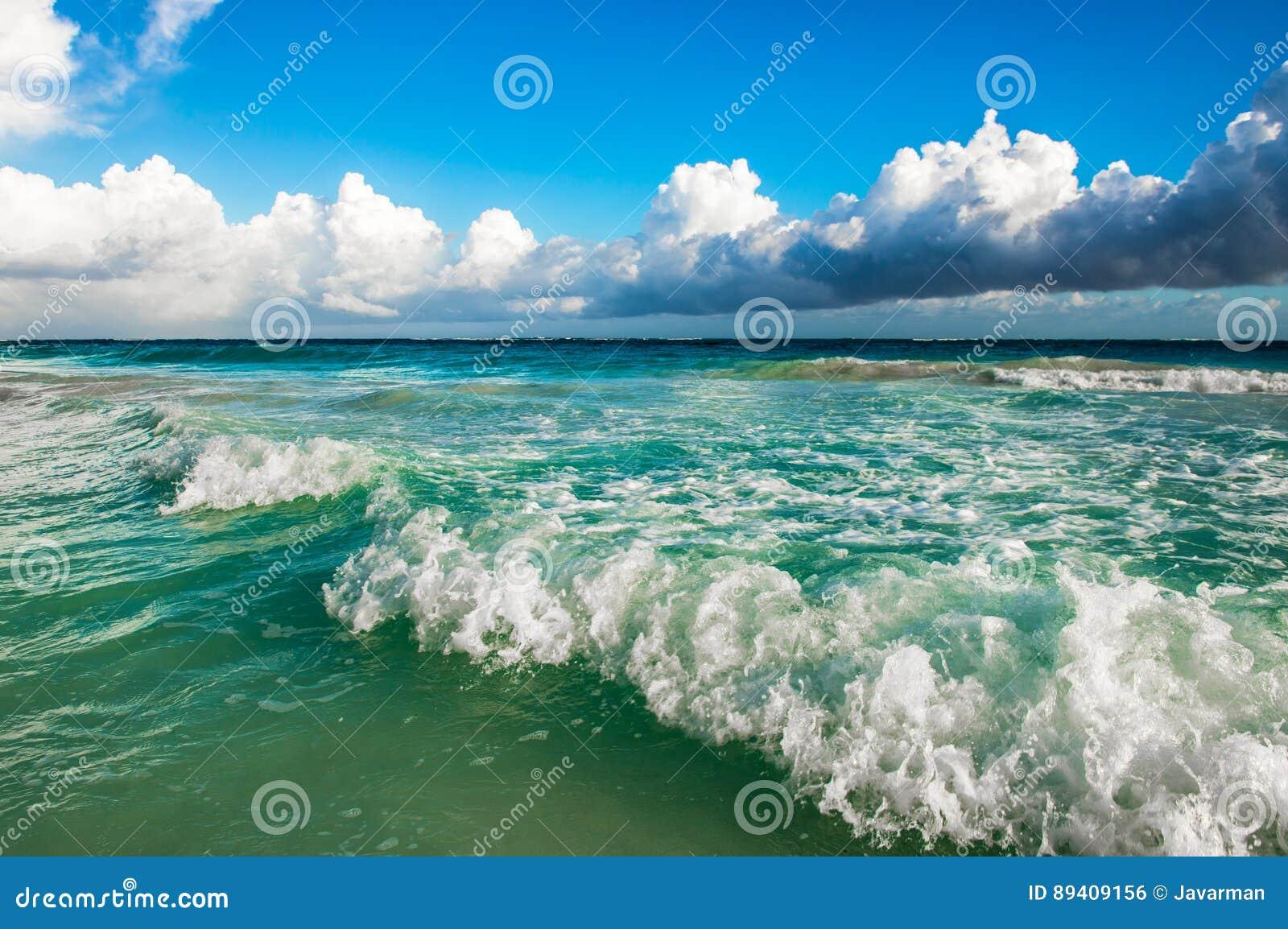 Ondas que causam um crash na praia