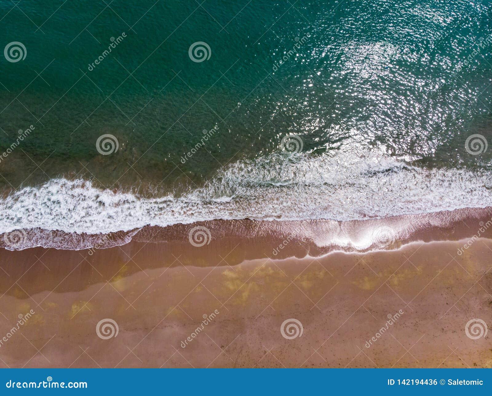 Ondas que espirram a opinião aérea de costa de mar