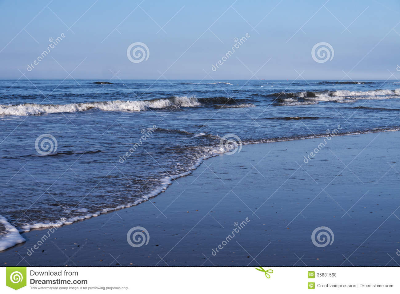 Download Onde alla spiaggia fotografia stock. Immagine di estate - 36881568