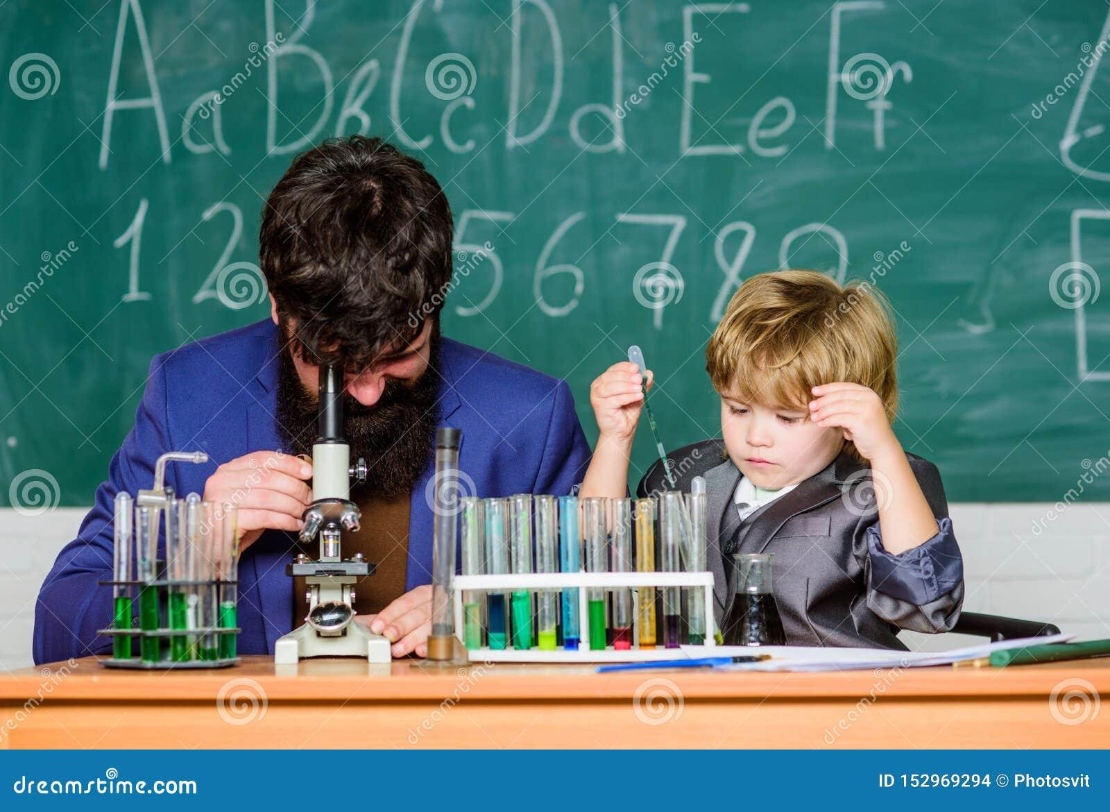 Onde aprender começa pai e filho na escola professor farpado do homem com rapaz pequeno Carisma da confian?a De volta a