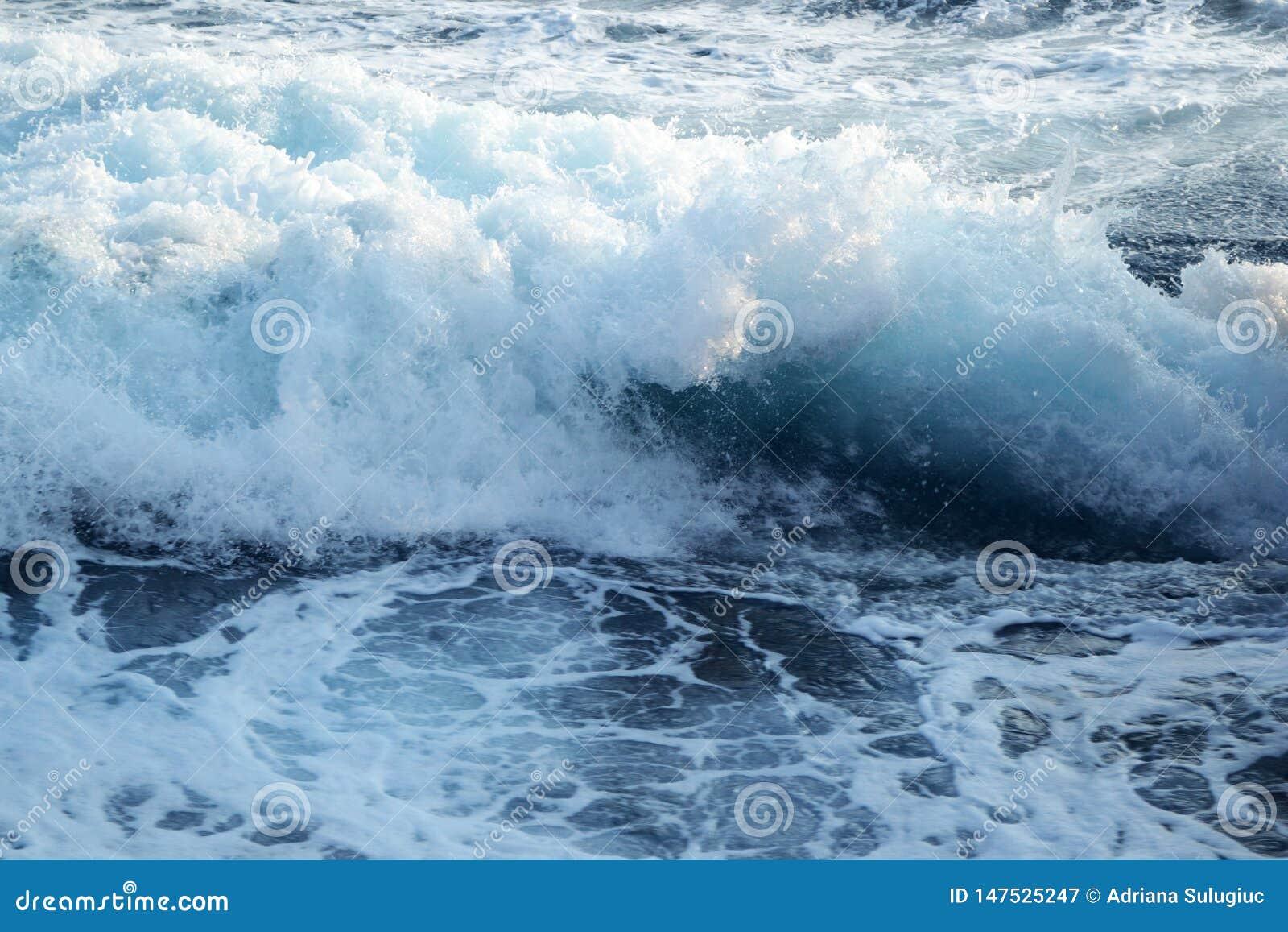 Onde arrabbiate fuori dal mare