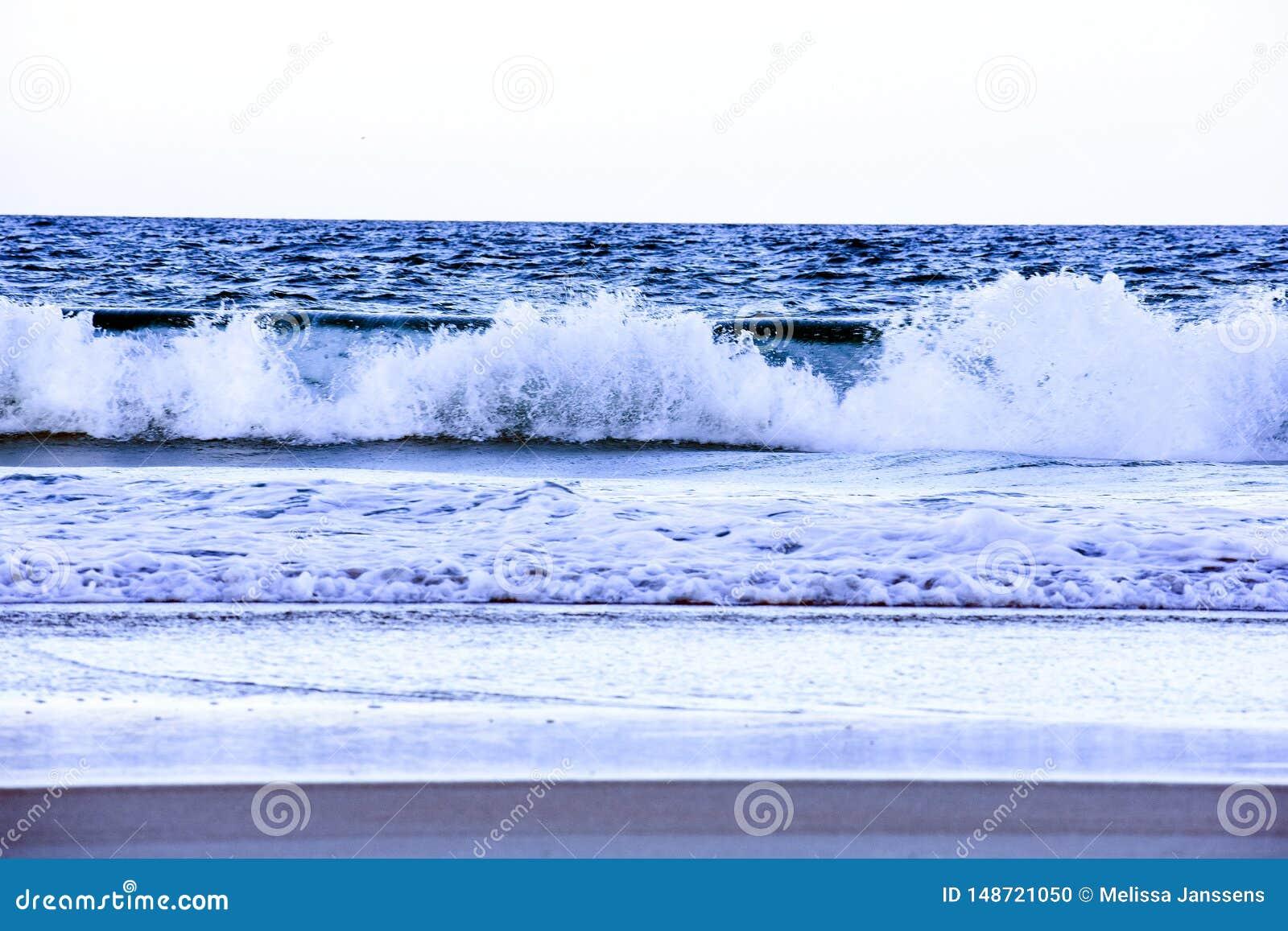 Onde blu di schianto lungo la costa delle spiagge di Florida in entrata di Ponce e spiaggia di Ormond, Florida
