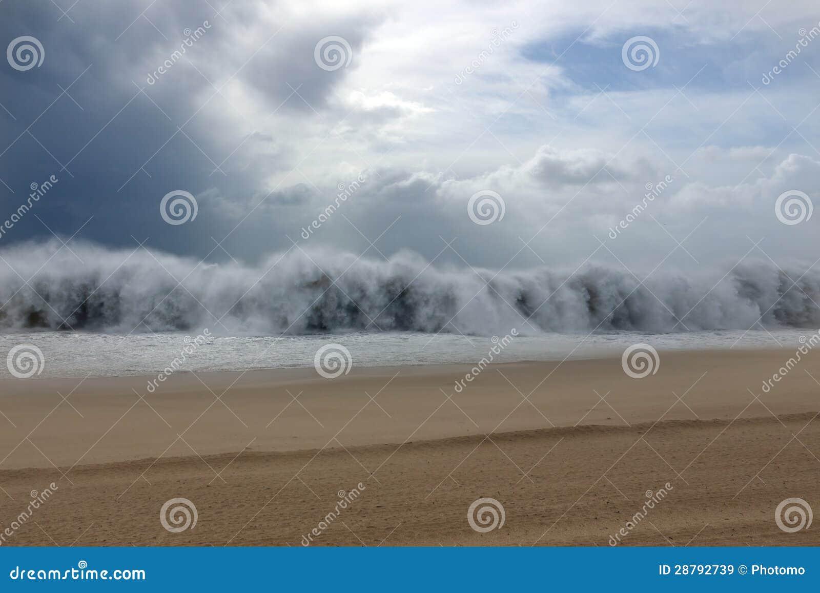 Onde de tsunami pendant une tempête