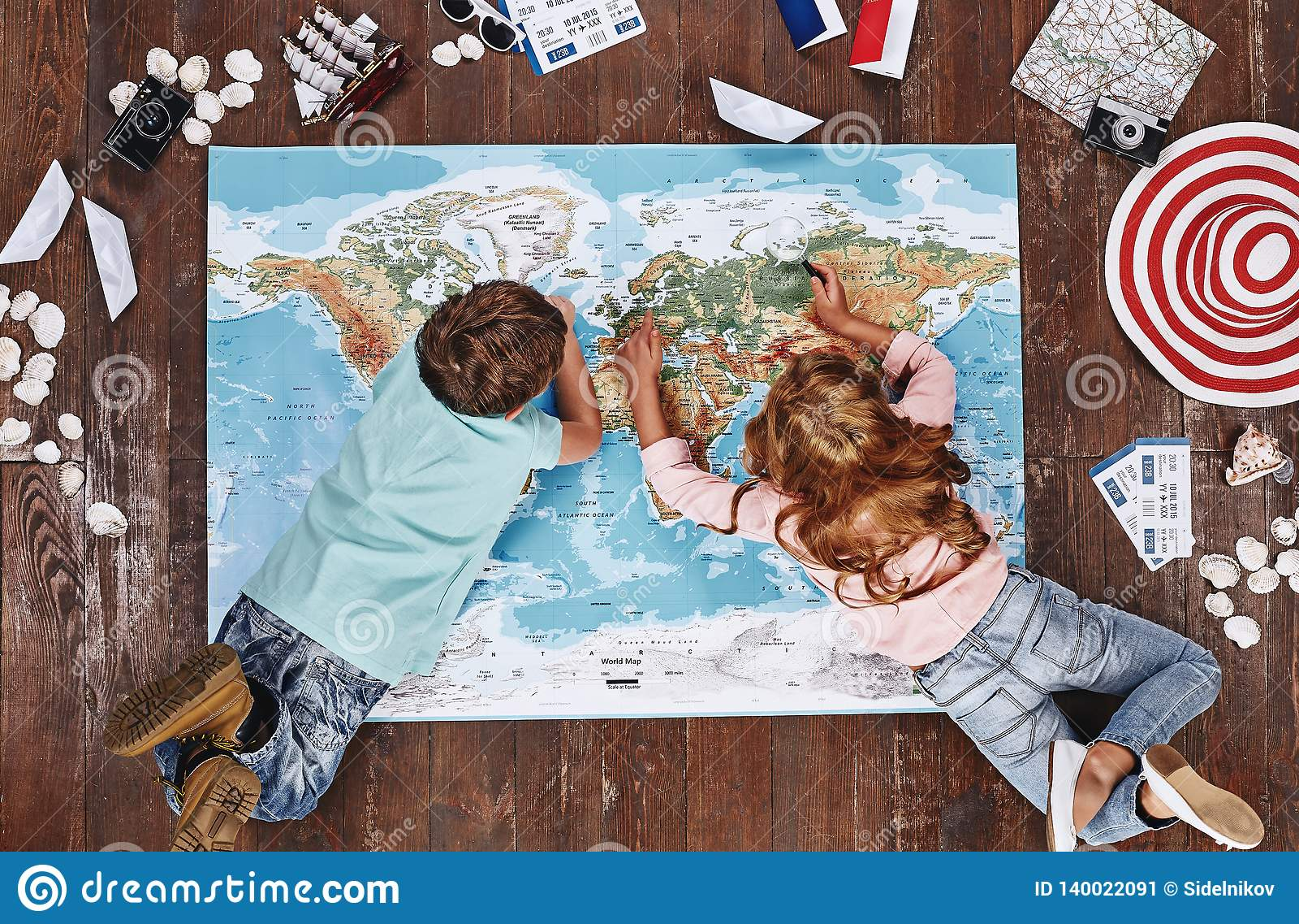 Onde você gostaria de visitar as crianças que olham o mapa do mundo, ao se encontrar nele, perto dos artigos do curso