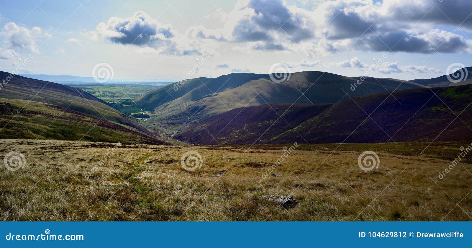 Download Onderaan Grainsgill Beck Aan Mosedale Stock Foto - Afbeelding bestaande uit footpath, mens: 104629812