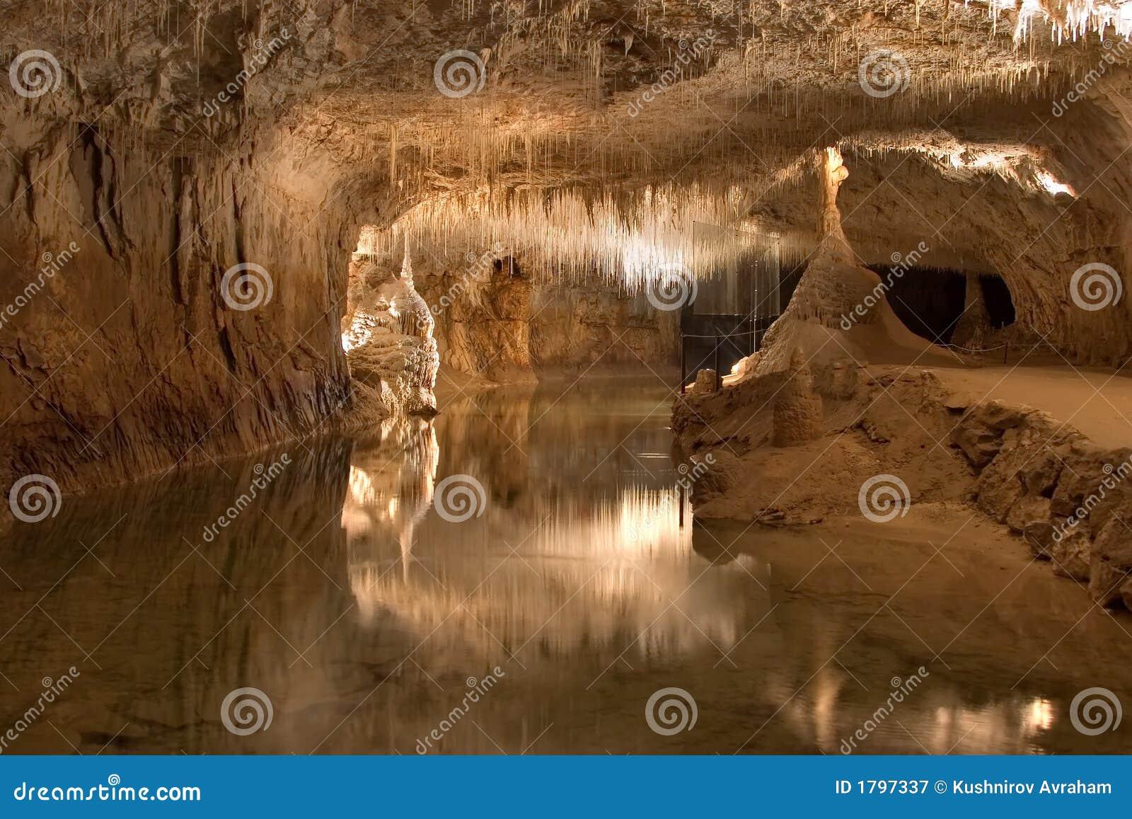 Ondergronds meer in een grot stock afbeelding afbeelding 1797337 - Ventilatie grot een vin ...