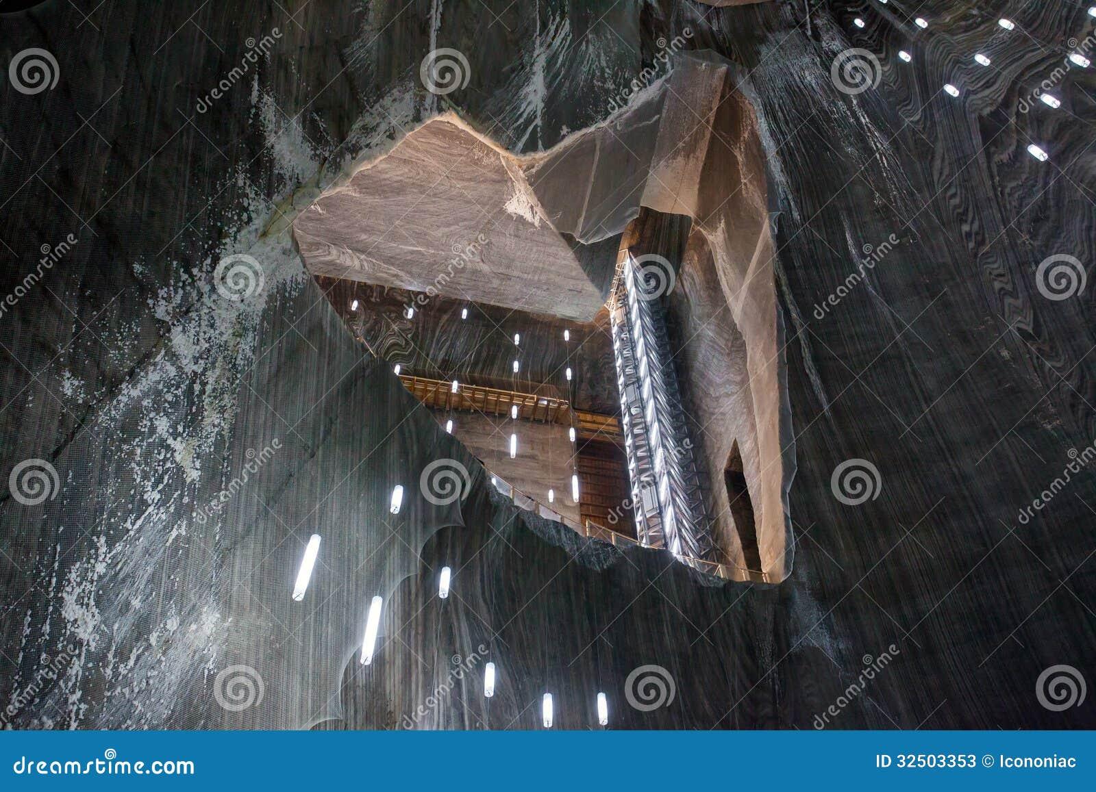 Ondergrondse kamer in turda zoutmijn stock afbeelding afbeelding 32503353 - Ondergrondse kamer ...