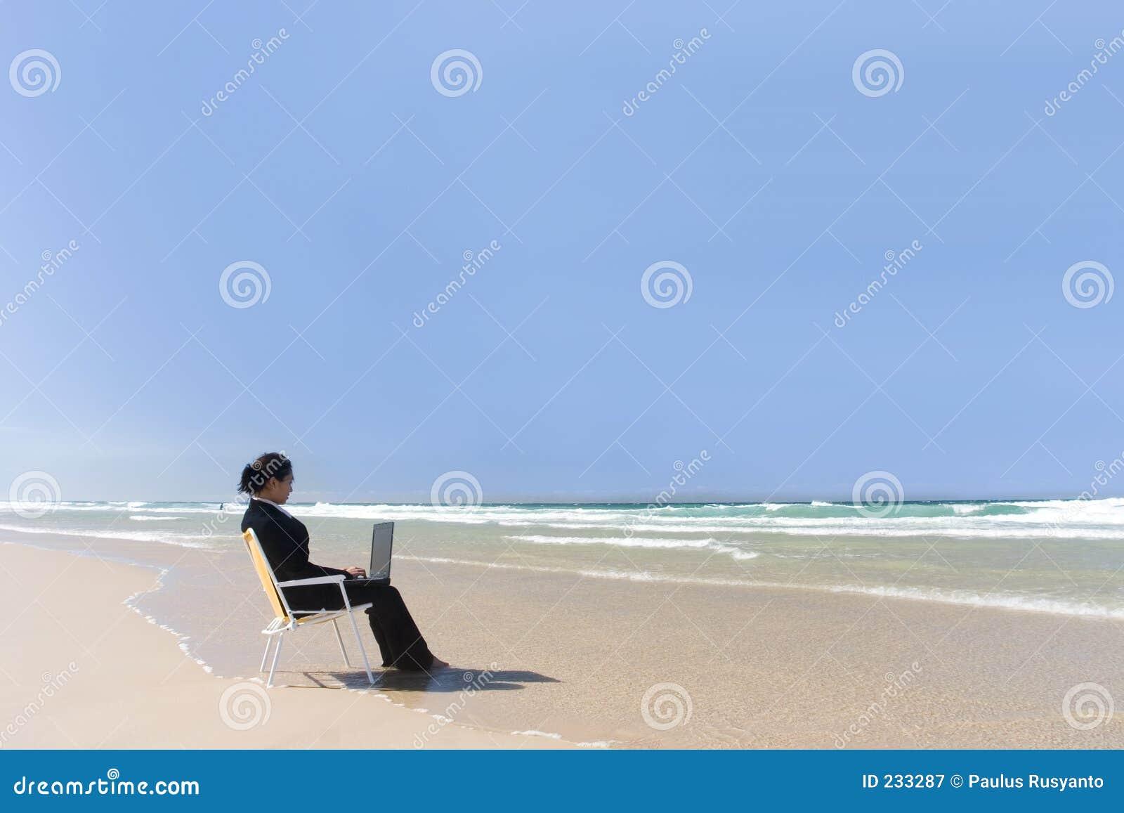 Onderneemster bij strand