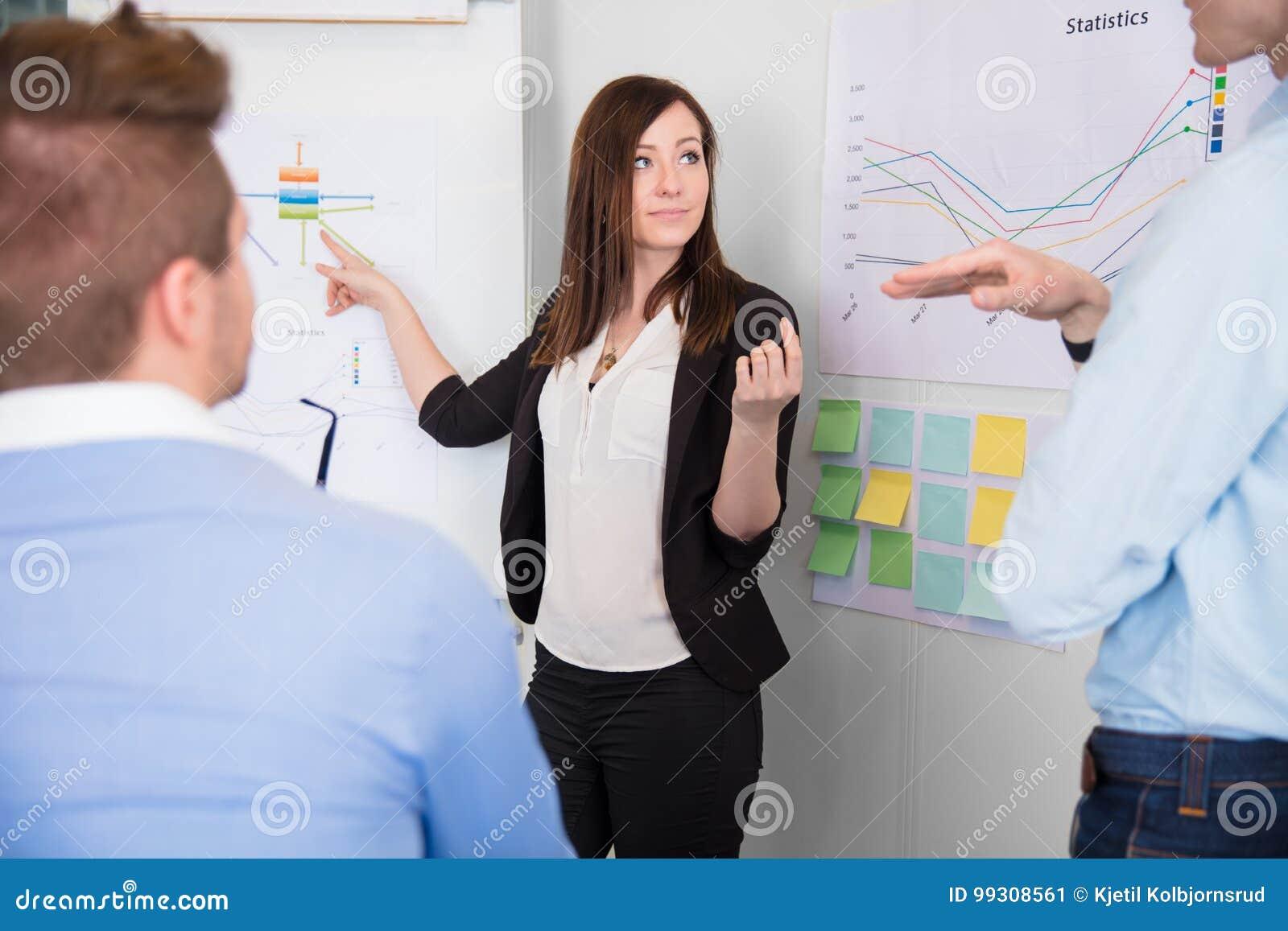 Onderneemster Communicating With Colleague terwijl het Richten in Cha
