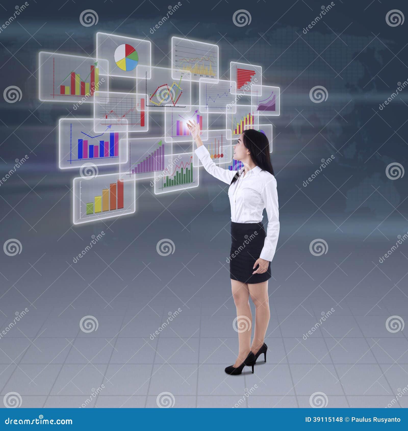 Onderneemster die bedrijfsgrafiek voorstellen