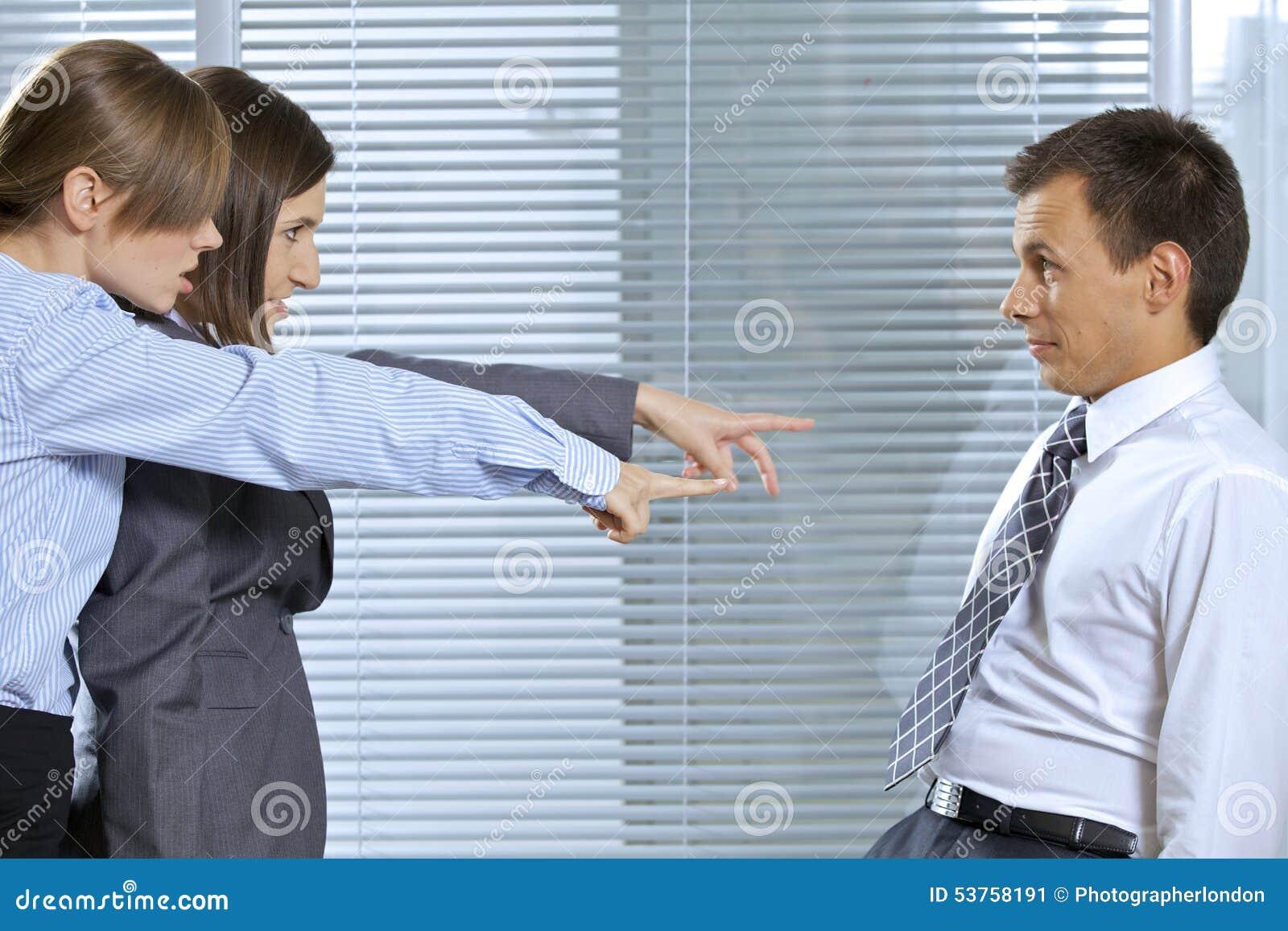 Onderneemster die bij zakenman in bureau schreeuwen