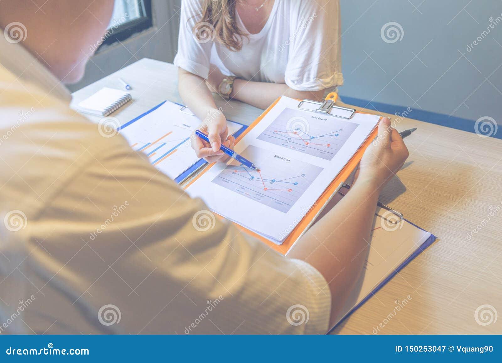 Onderneemster die de rapporten van verkoopgegevens tonen aan haar partner