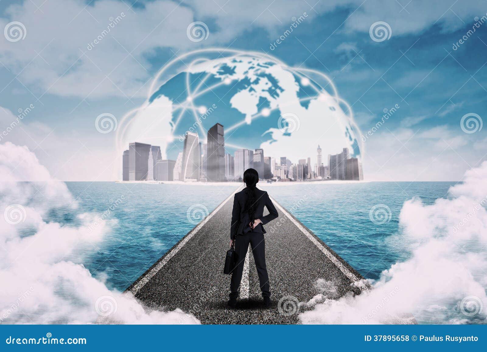 Onderneemster die globaal zaken bekijken