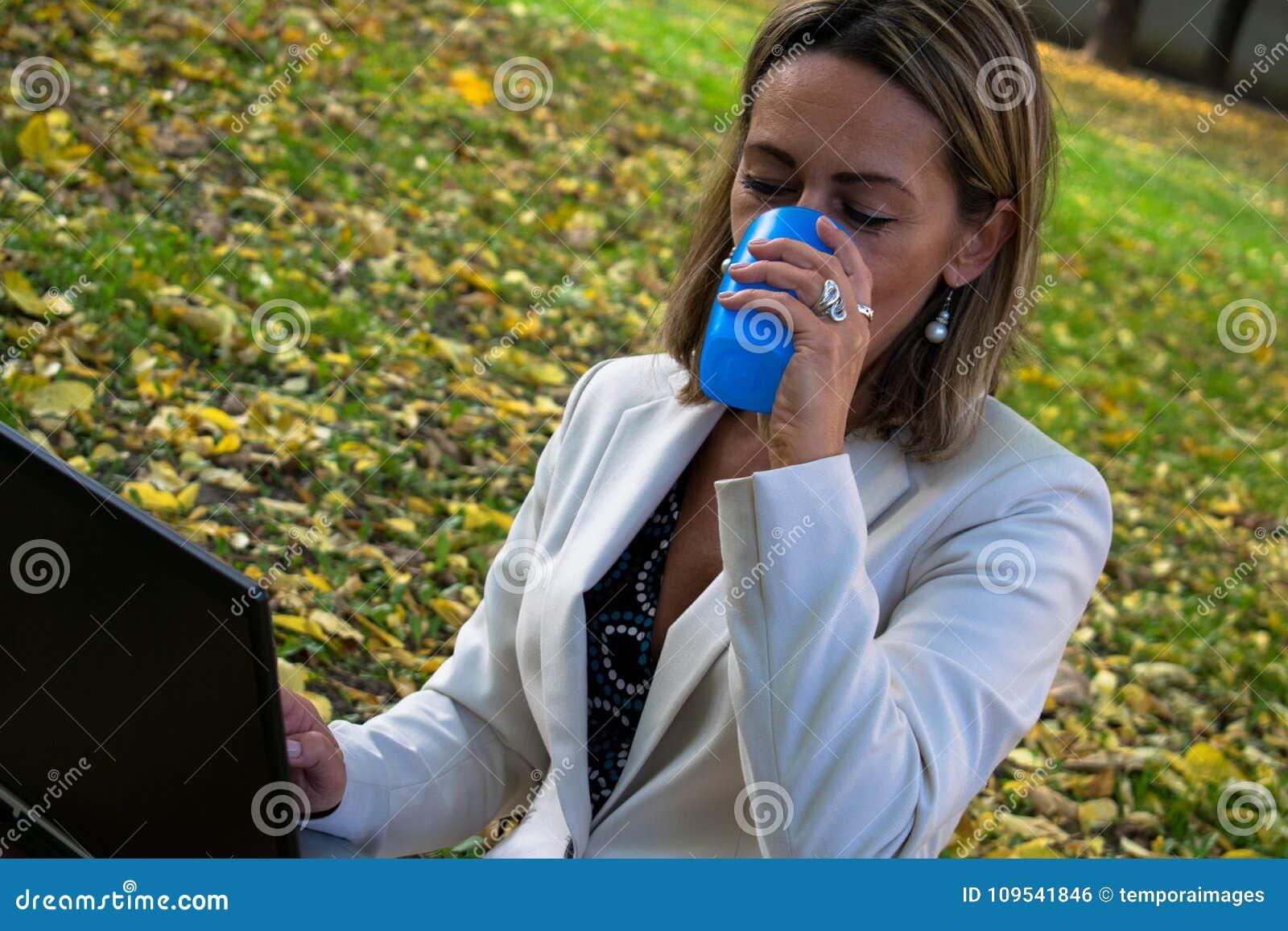 Onderneemster die laptop op koffiepauze in aard met behulp van