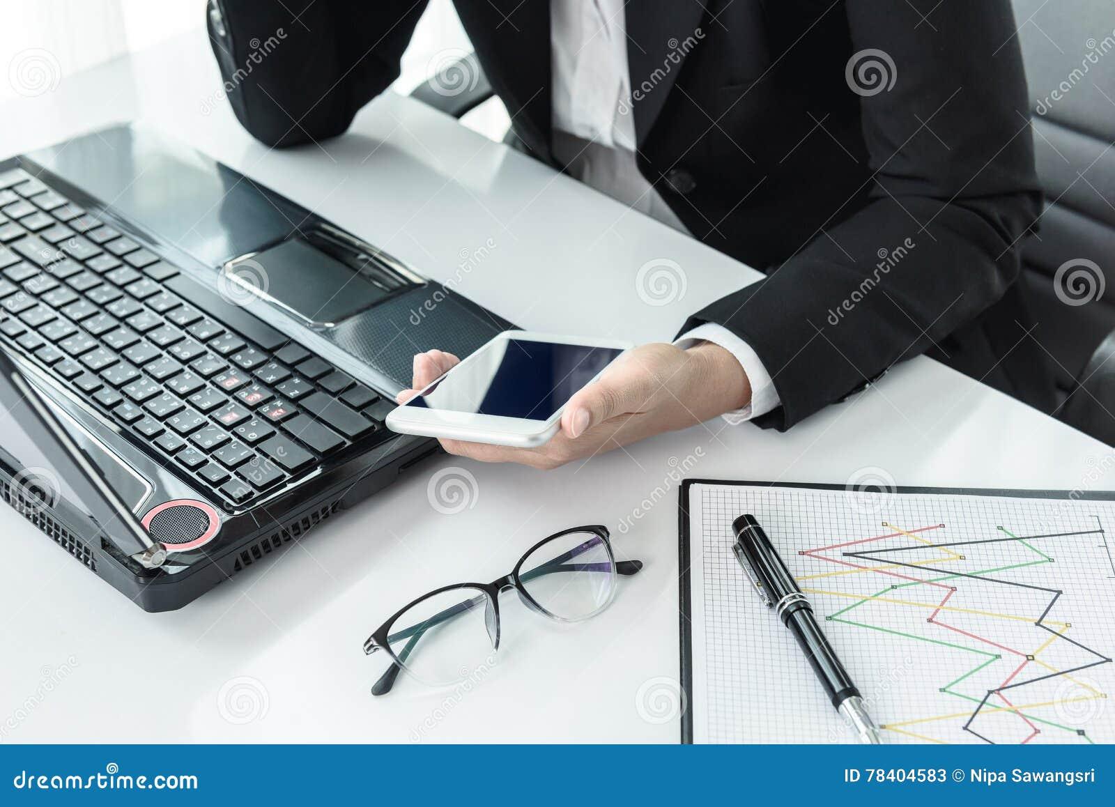 Onderneemster die met moderne apparaten werken labtop computer en m stock afbeelding - Moderne apparaten ...