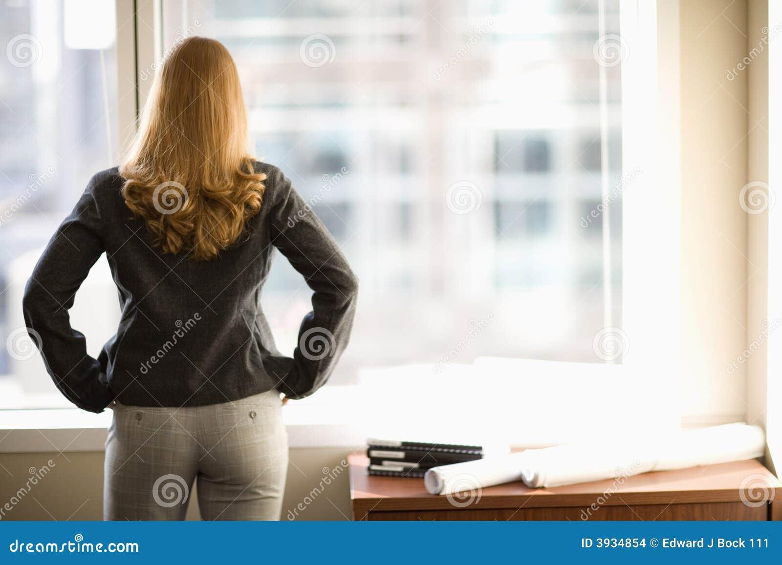 Onderneemster die uit venster kijkt