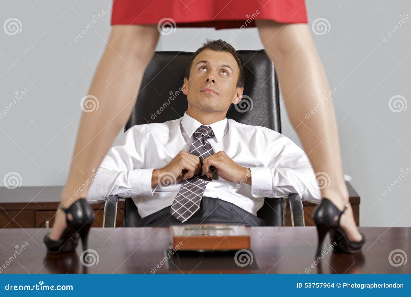 Onderneemster die zich op lijst voor zakenman op kantoor bevinden