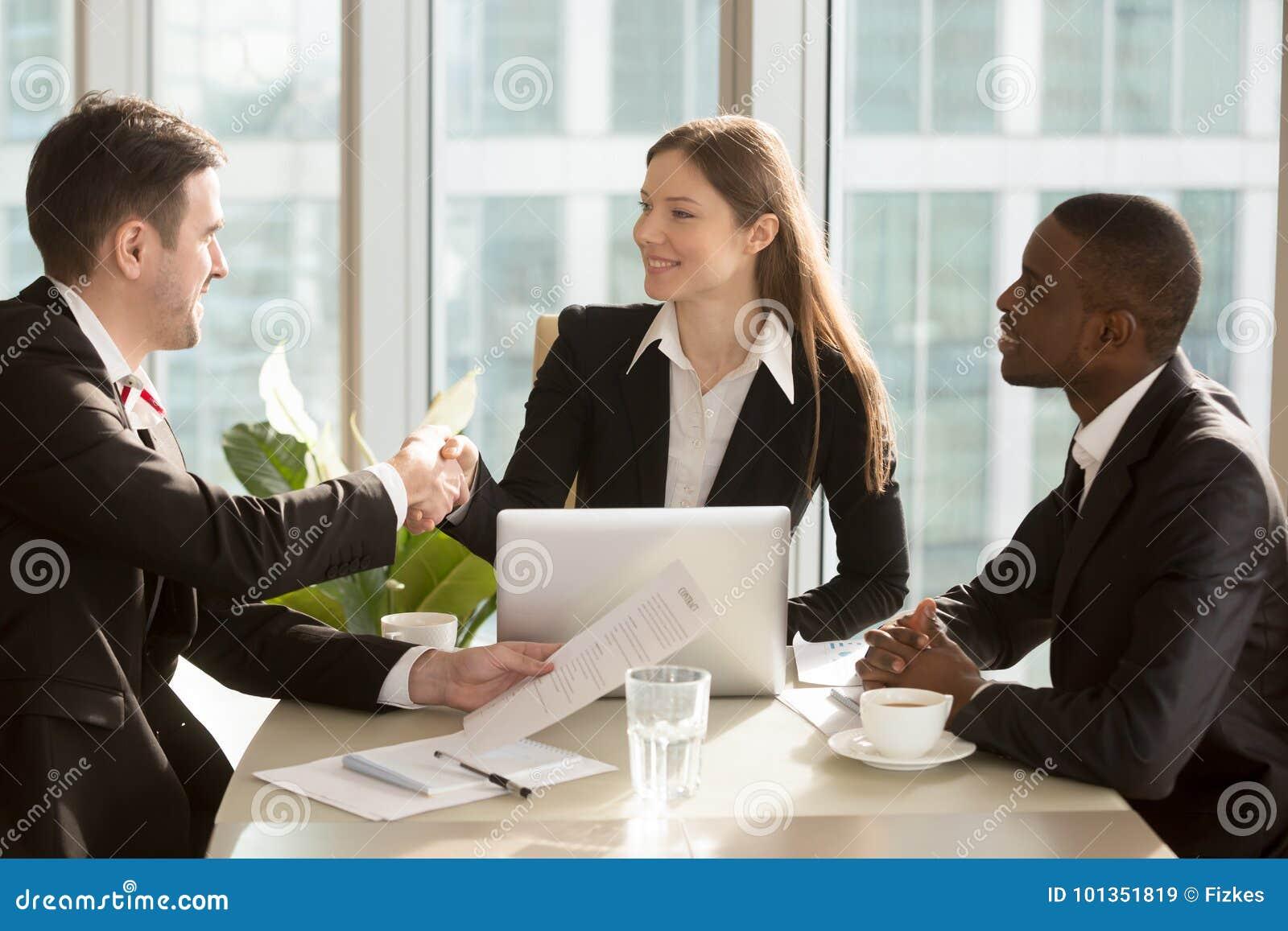Onderneemster het schudden hand aan nieuwe partner