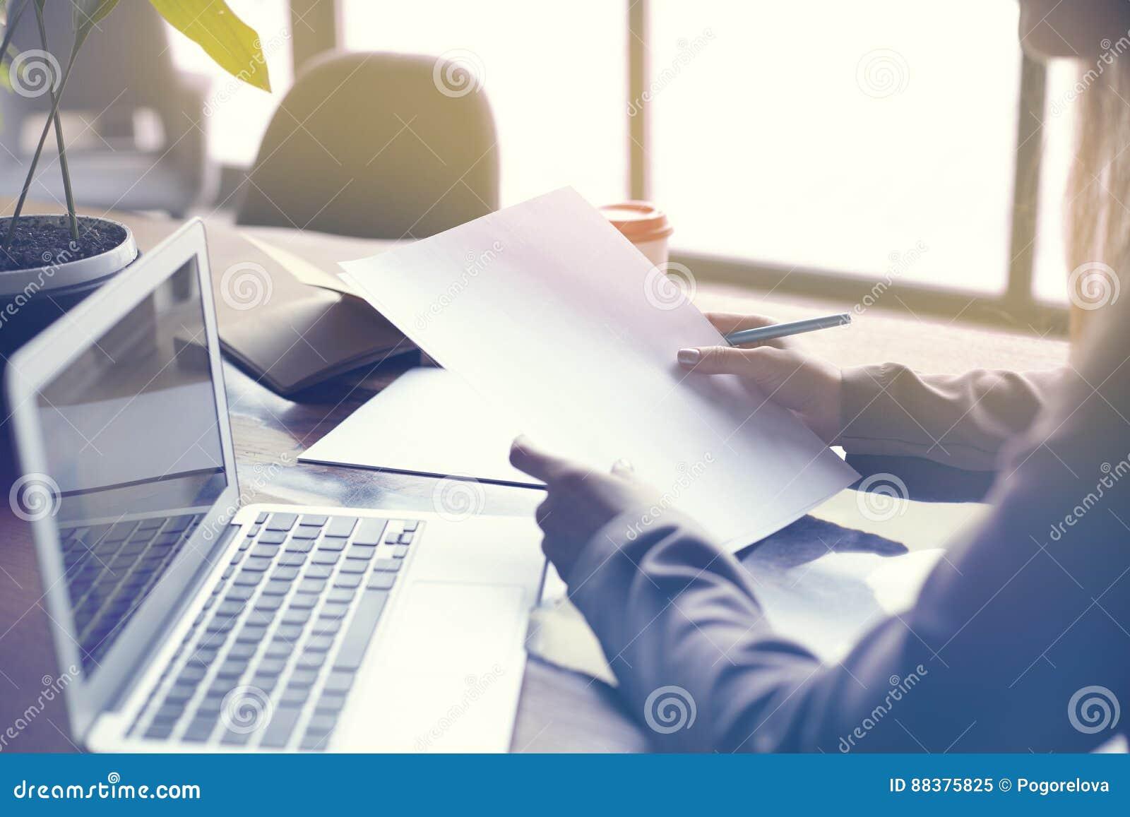 Onderneemster met documentendocument blad in zolder modern bureau, Onderneemster met documentendocument blad in zolder modern bur