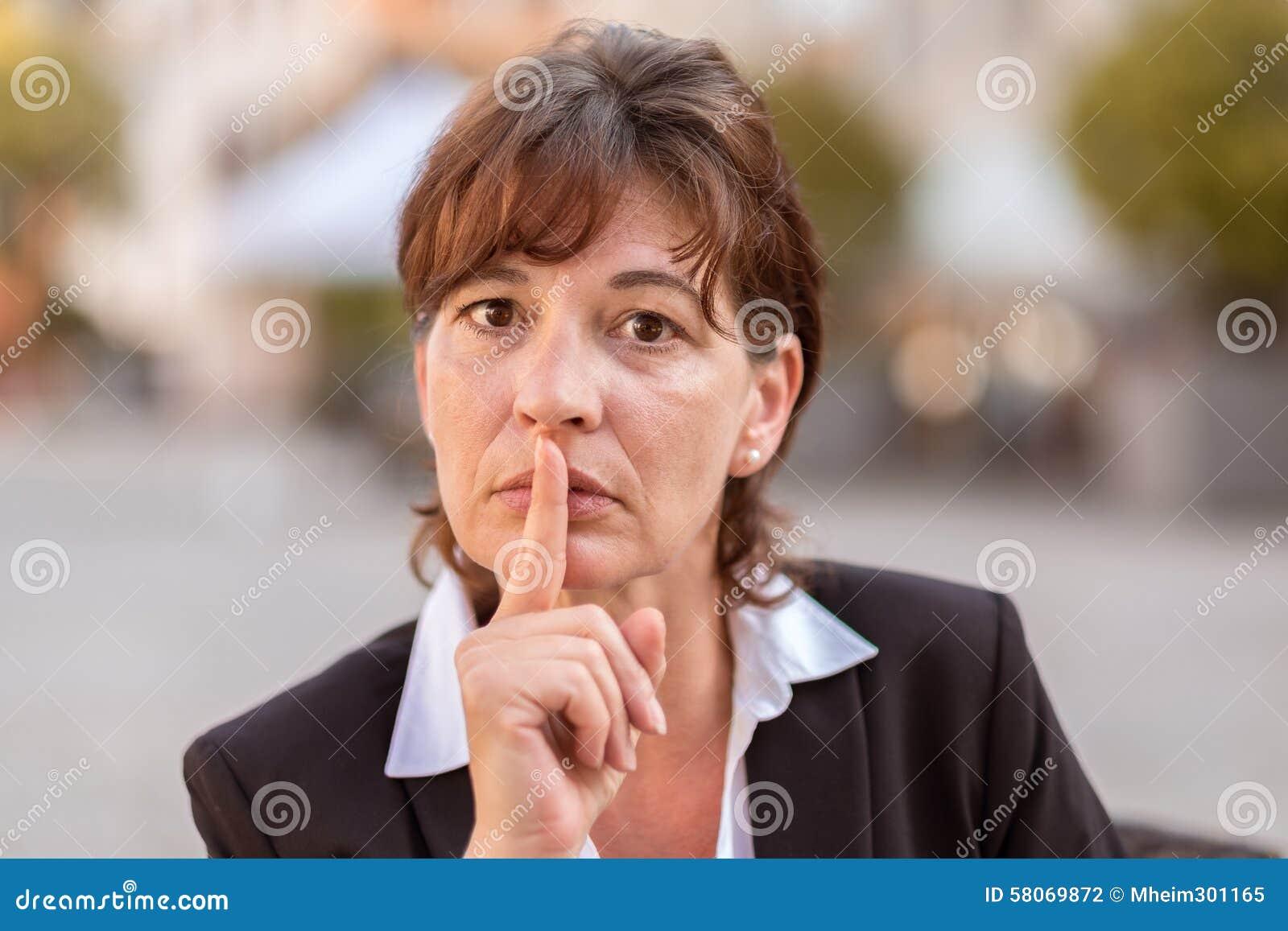onderneemster met haar die vinger aan haar lippen wordt