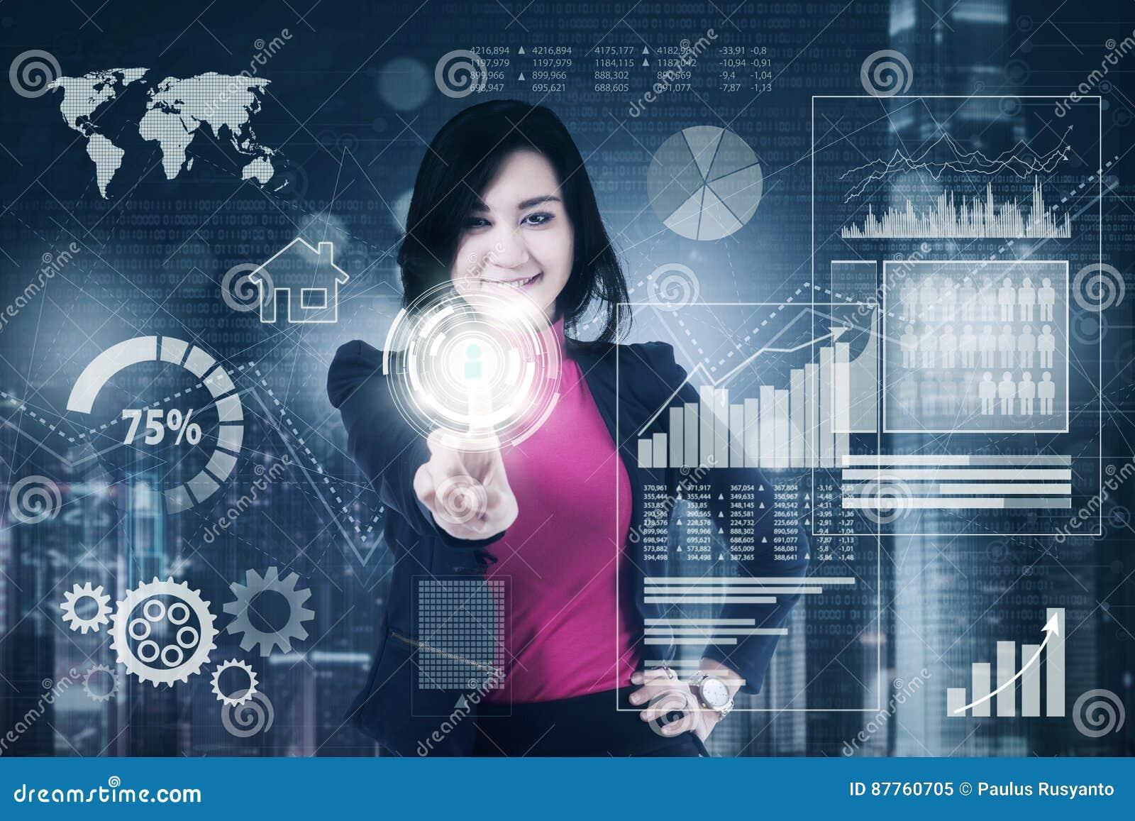 Onderneemster met zaken financieel in het virtuele scherm