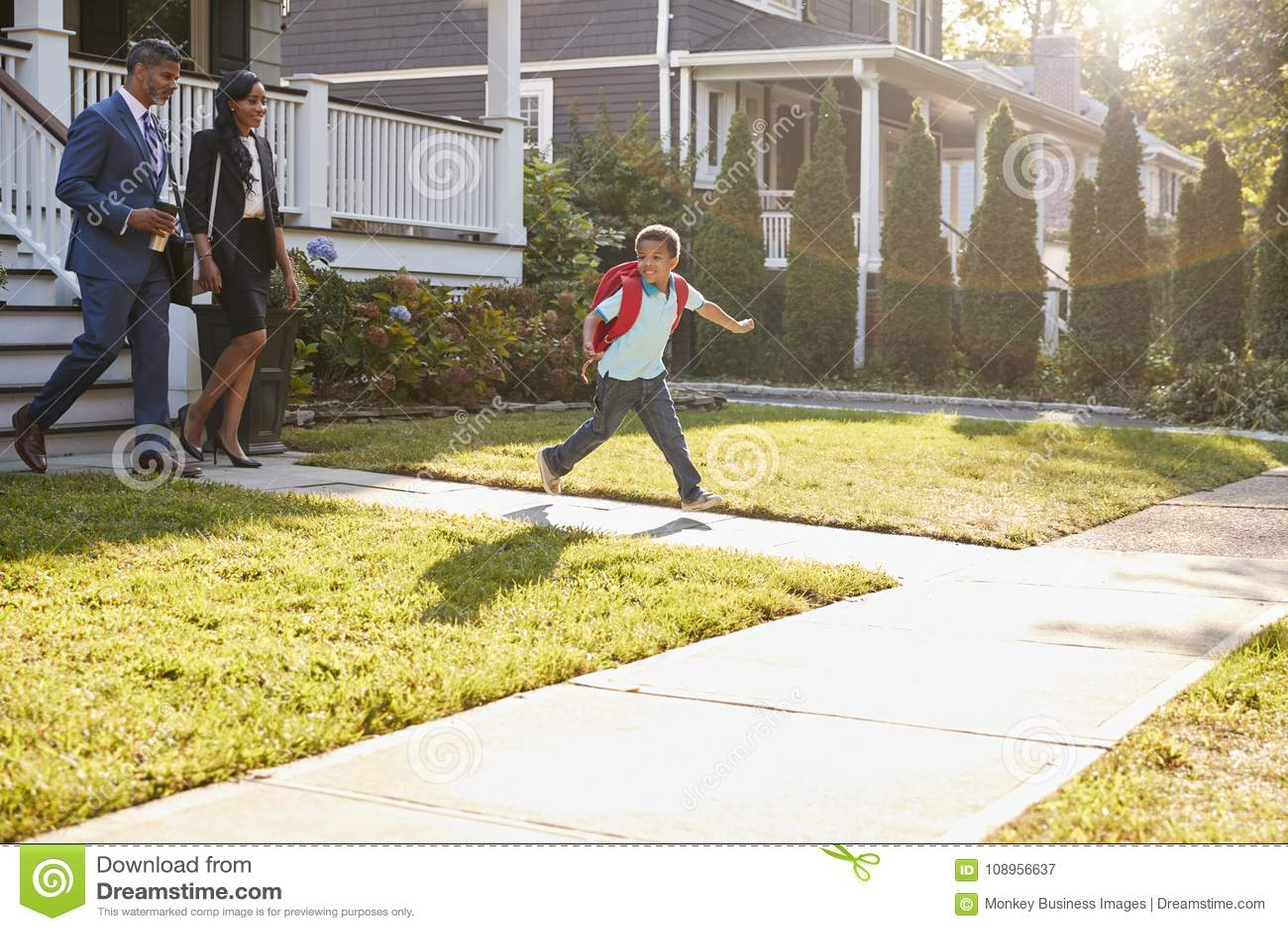 Onderneemster Parents Walking Son aan School op Manier te werken