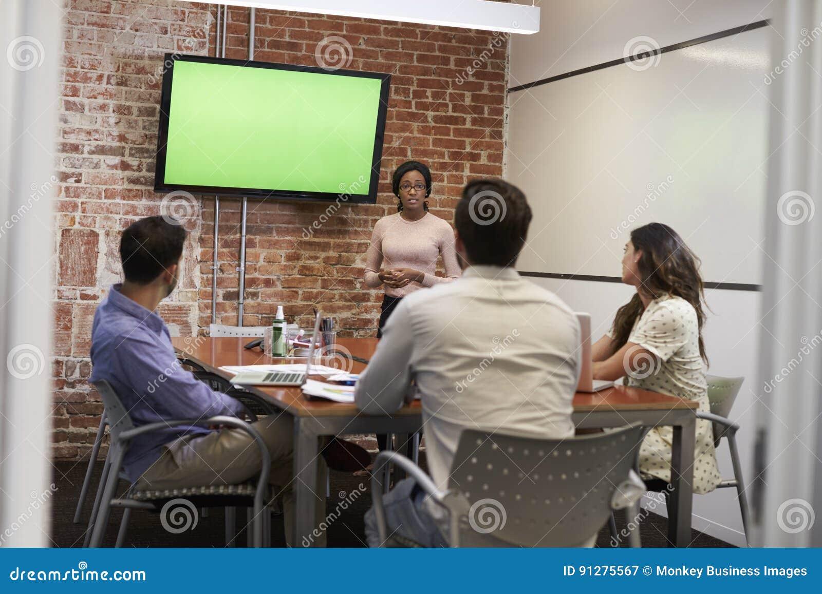 Onderneemster Standing By Screen om Presentatie te leveren