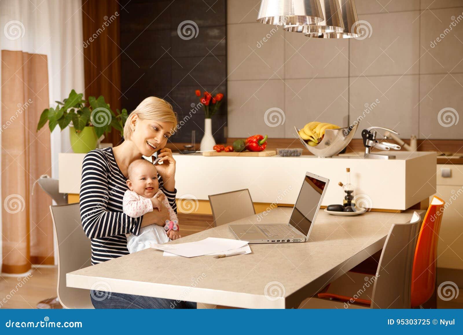 Onderneemster thuis met baby