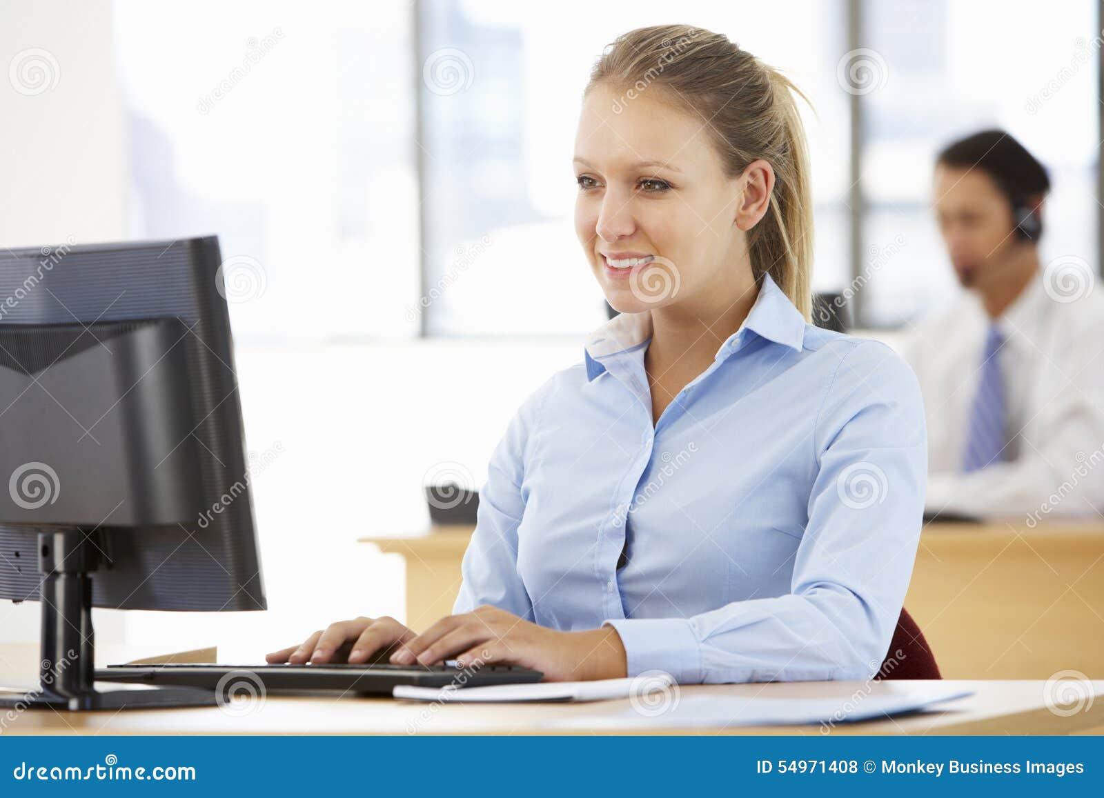 Onderneemster Working At Desk in Bezig Bureau