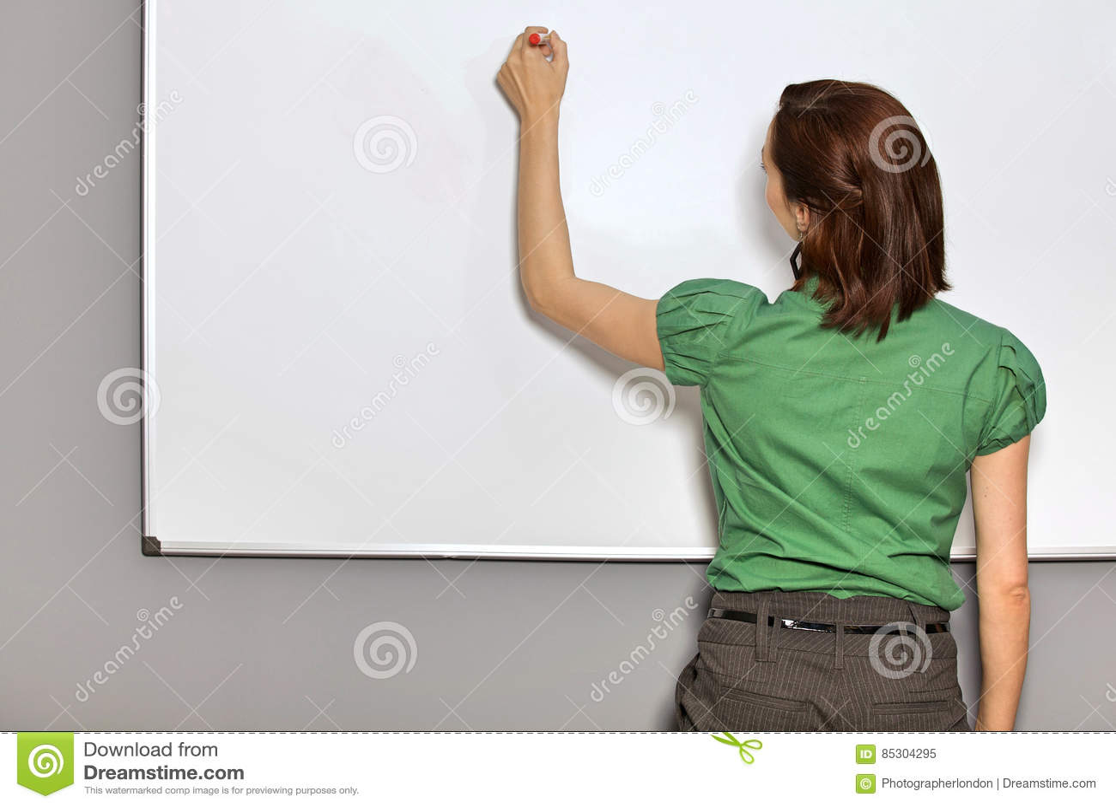 Onderneemster Writing On Whiteboard in Bureau