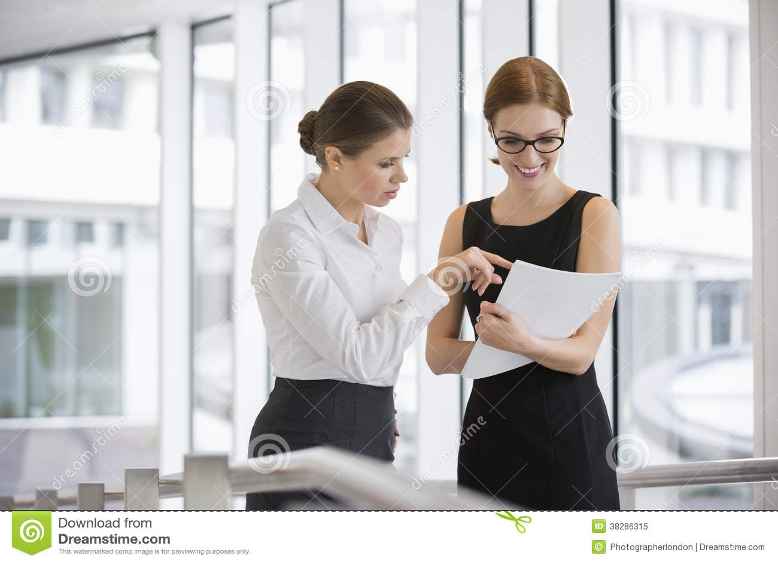 Onderneemsters die over documenten in bureau bespreken