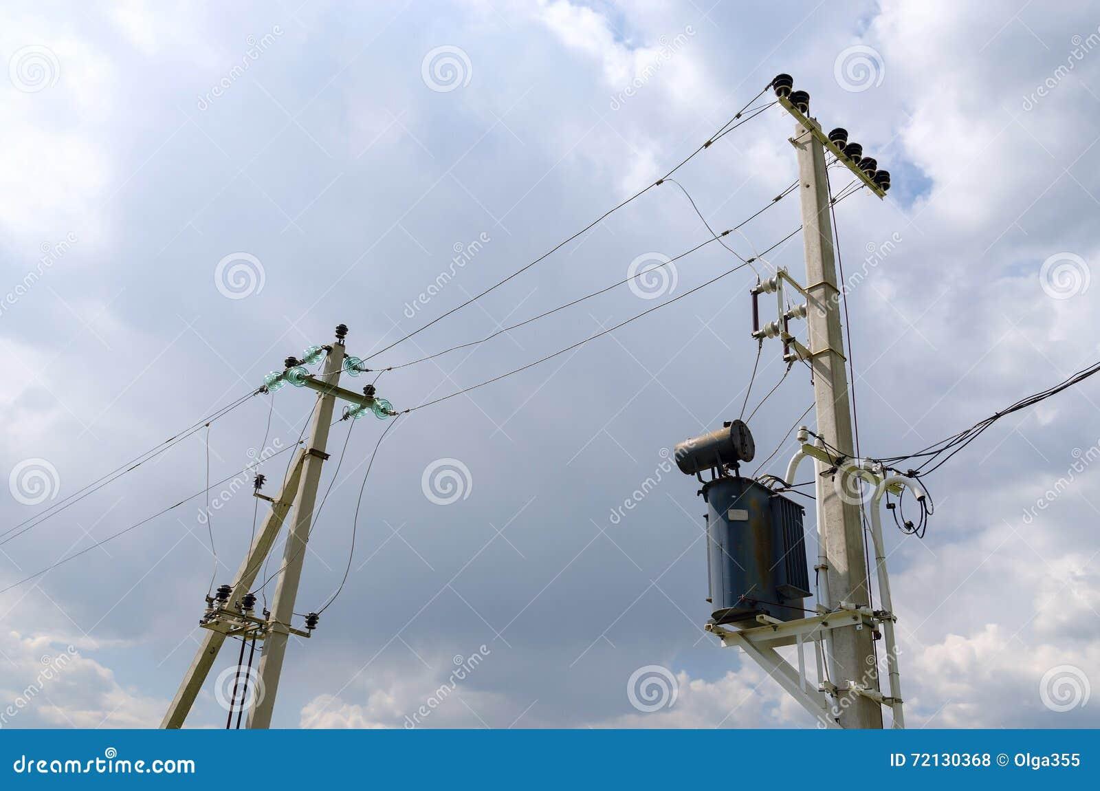 Ondersteunende pijlers van machtslijn in landelijke plaats