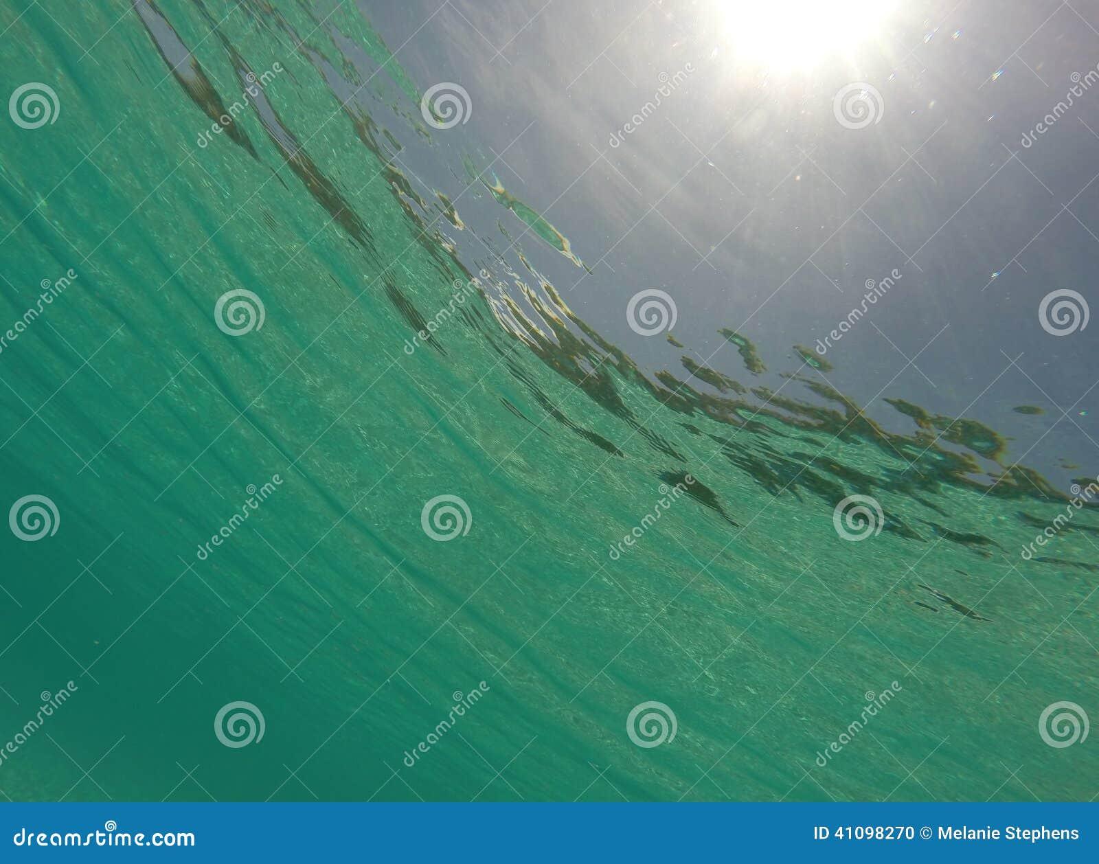 Onderwater Caraïbische overzees met zonnestraal
