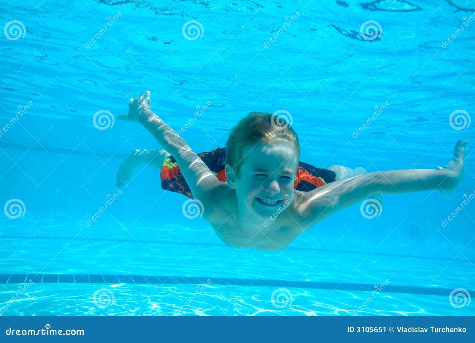 Onderwater zwemmen van de jongen stock afbeelding afbeelding 3105651 - Opslagkast ruimte van de jongen ...