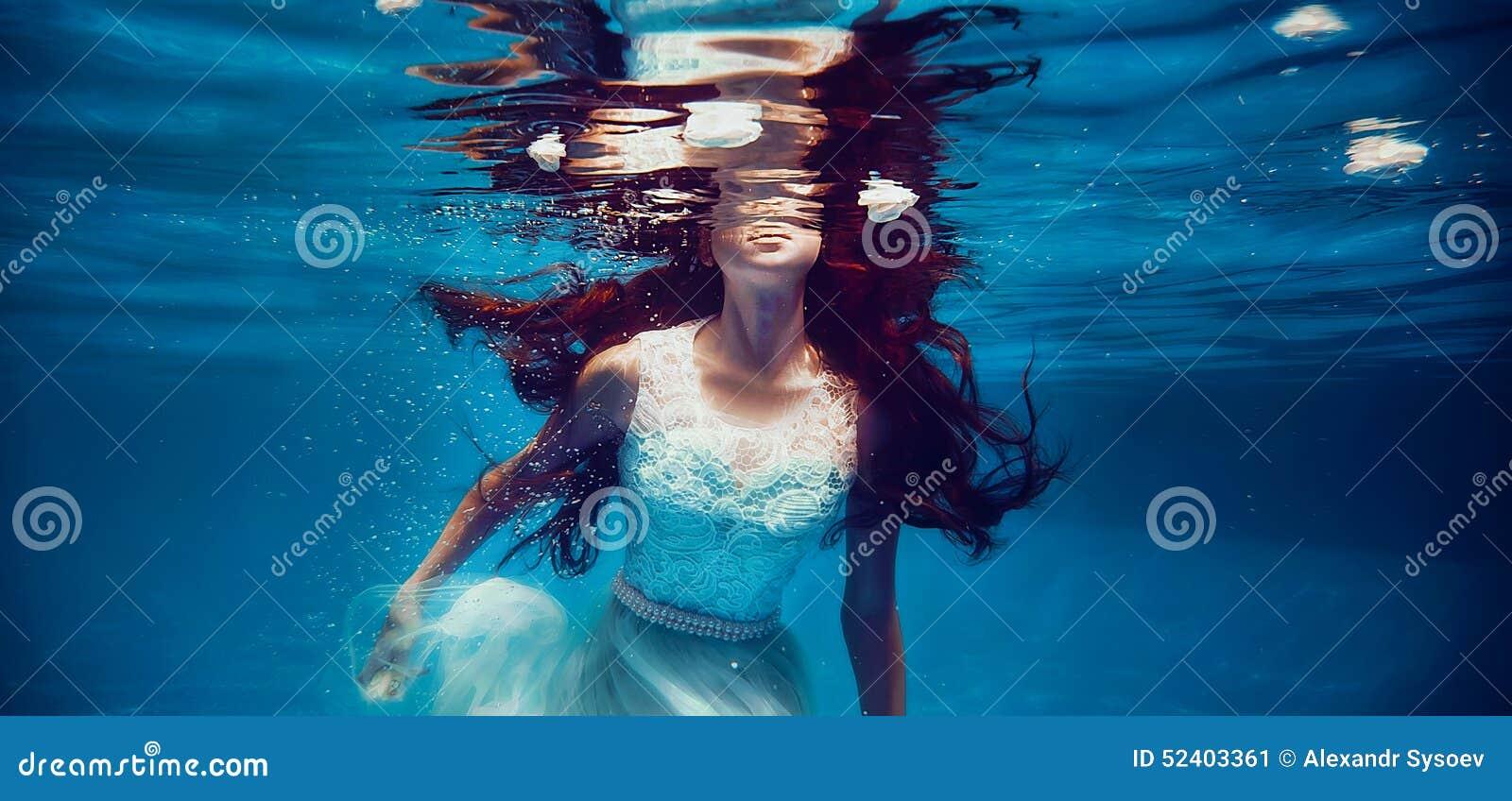 7b748d63dfc5a6 Onderwater Zwemmen Van Het Meisje Stock Afbeelding - Afbeelding ...