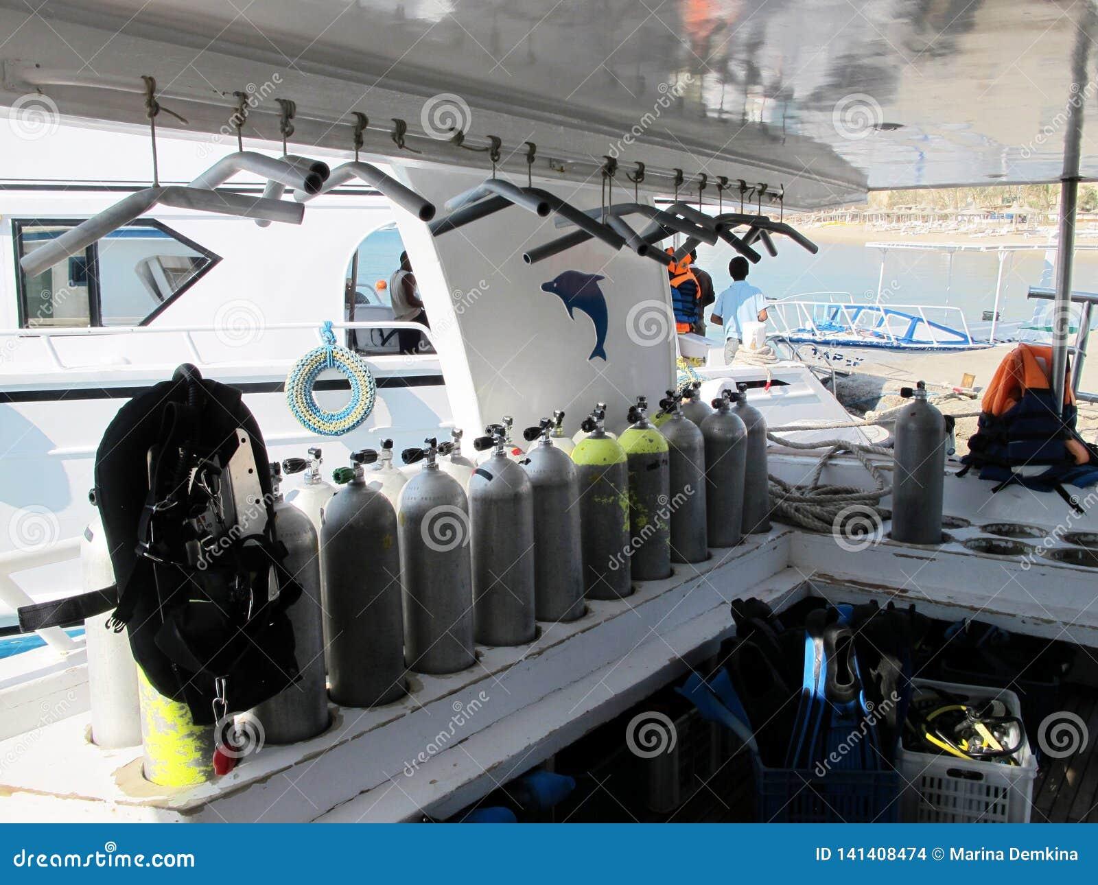 Onderwaterduikuitrusting Vele het duiken cilinders Boot aan zeil