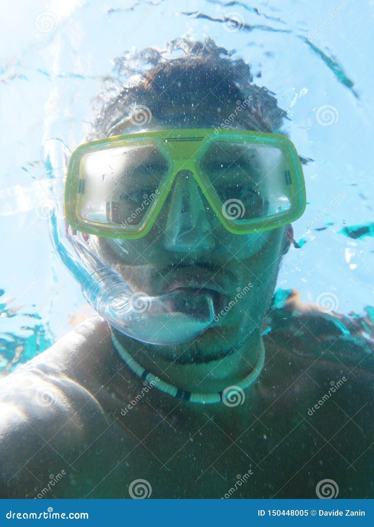 Onderwaterscuba-duiker die zelfportret maken of selfie