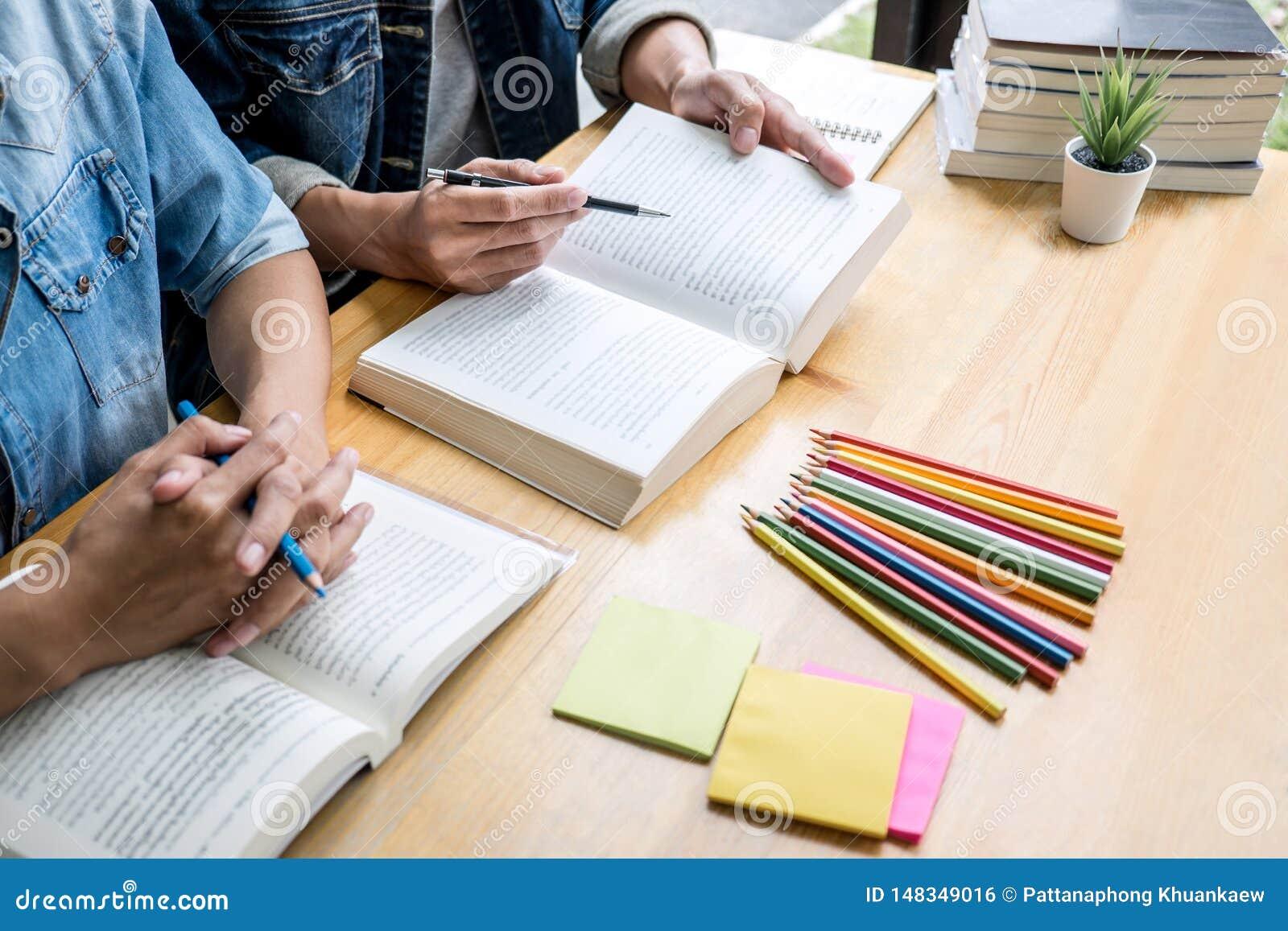 Onderwijs, het onderwijs, het leren, technologie en mensenconcept Twee middelbare schoolstudenten of klasgenoten met hulpvriend