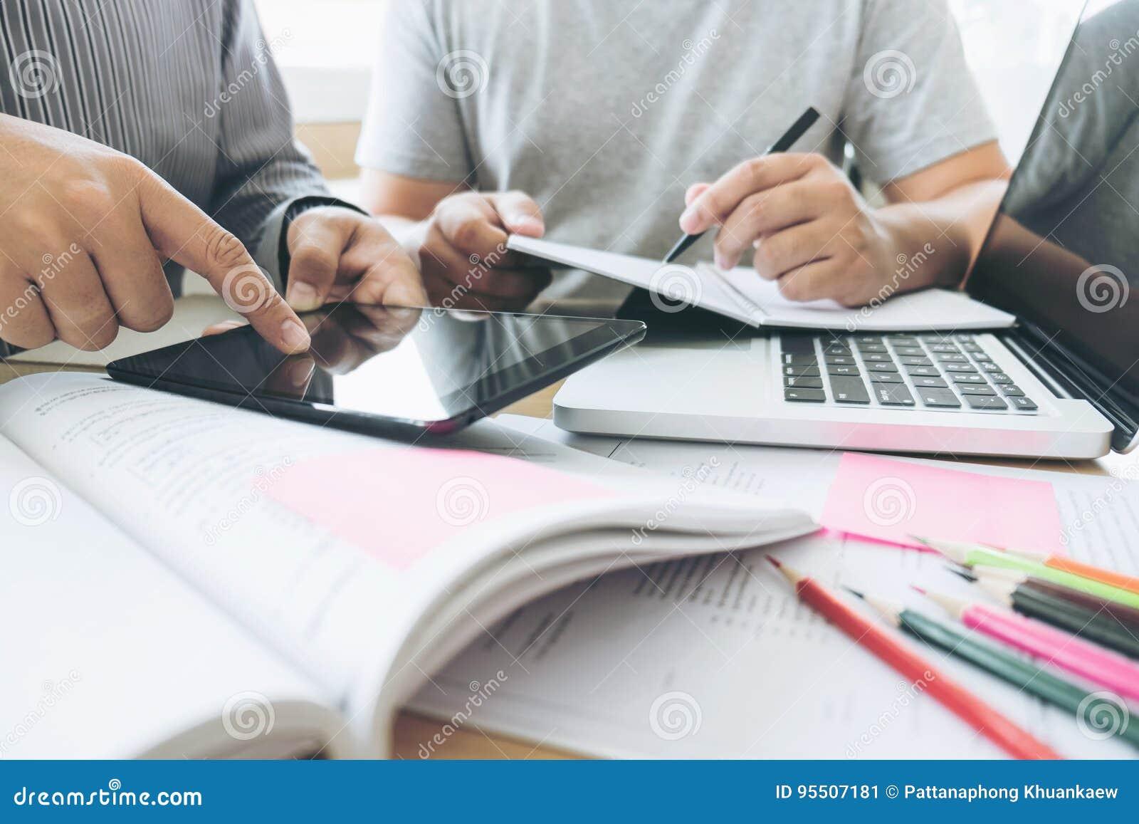 Onderwijs, het onderwijs, het leren, technologie en mensenconcept Tw