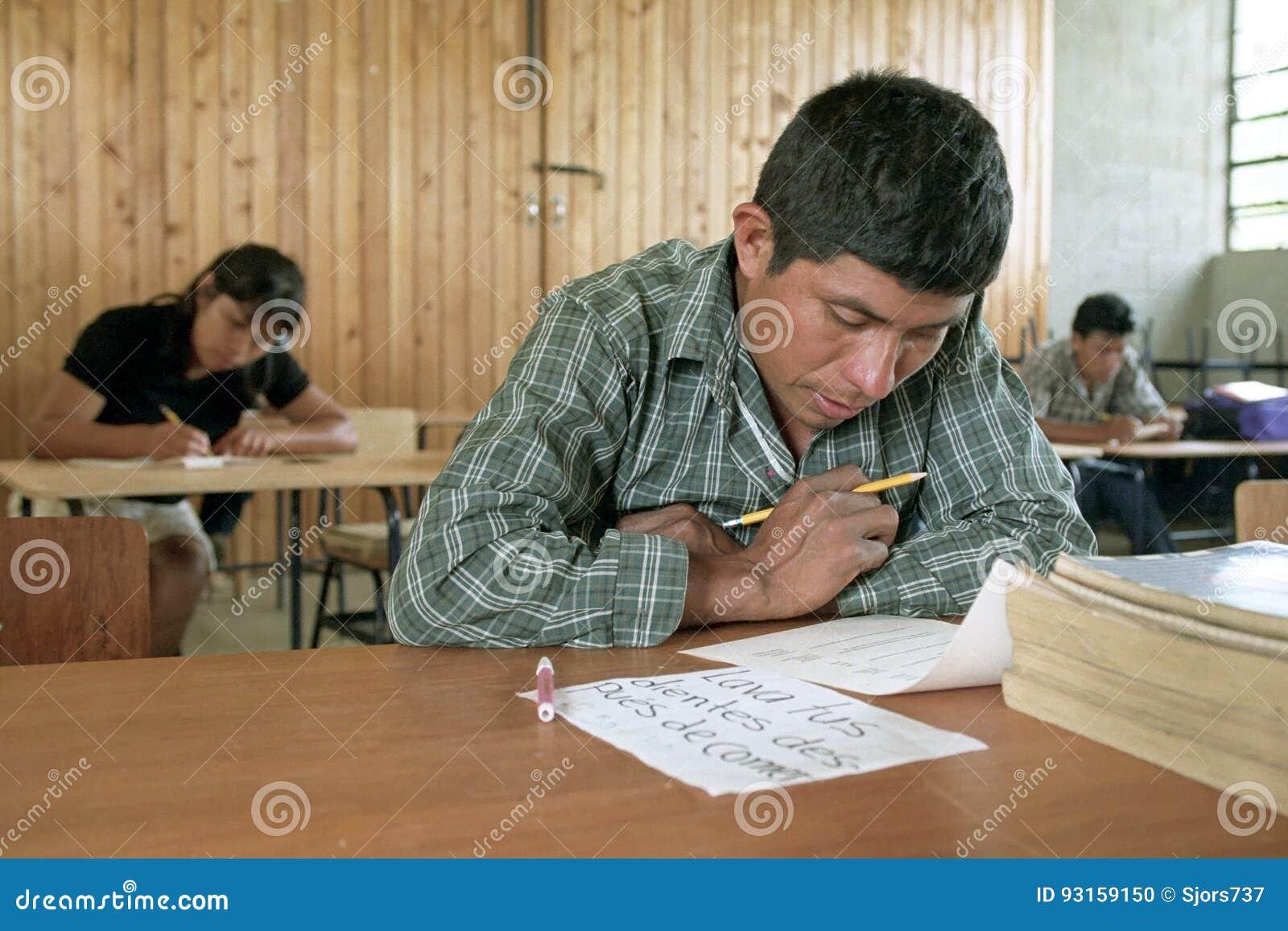 Onderwijs voor rijpe Indiërs in klaslokaal