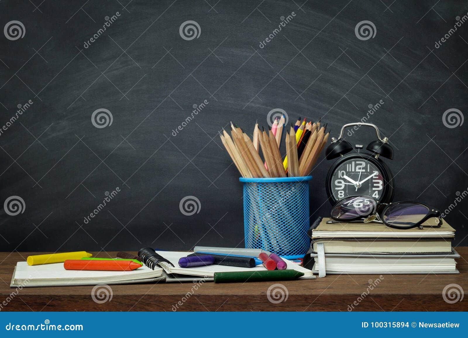 Onderwijsconcept, Materiaal en voorraden voor het werk aangaande oude houten achtergrond