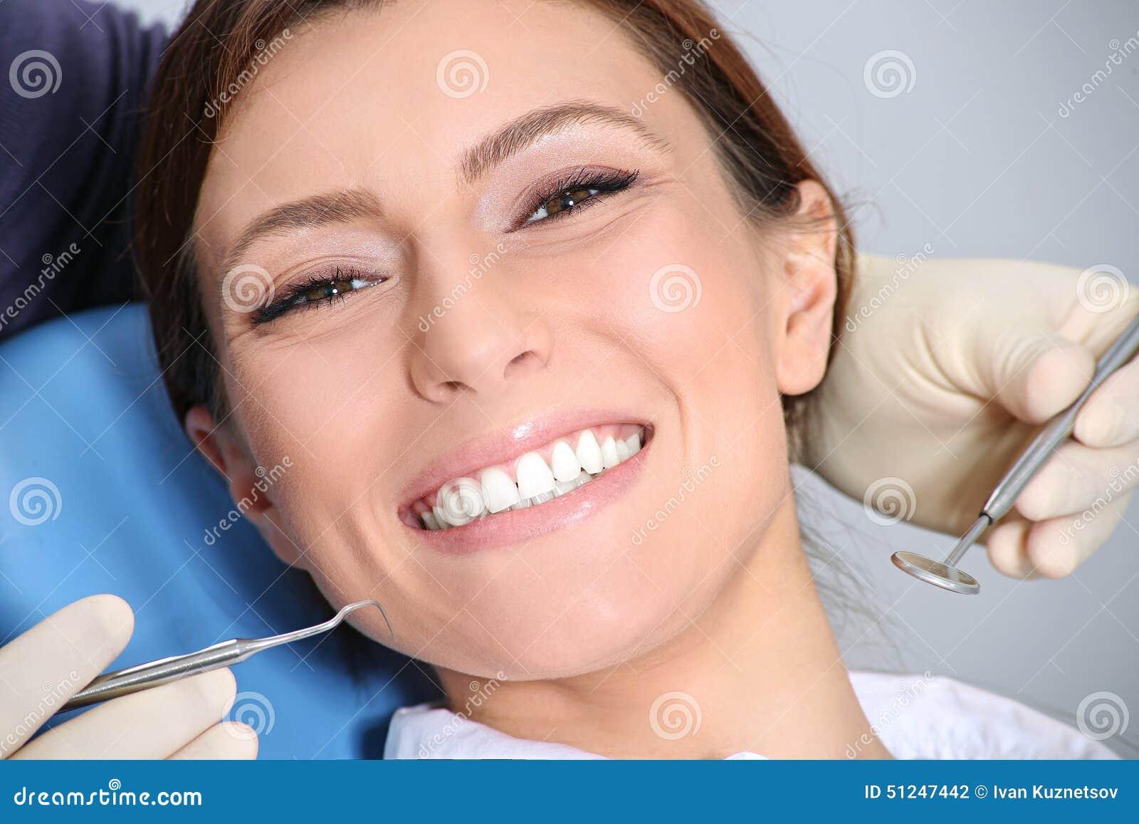 Onderzoek van de tanden in het bureau van de tandarts