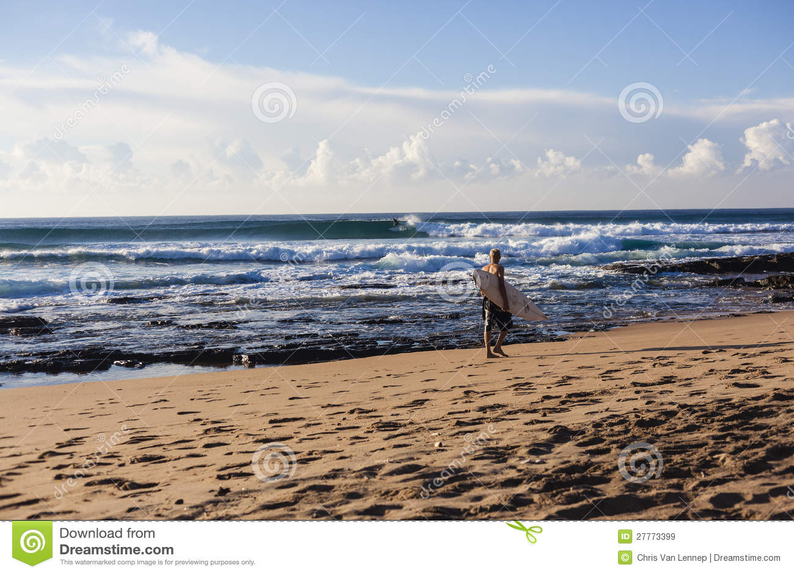 Ondes de surfers de plage de matin