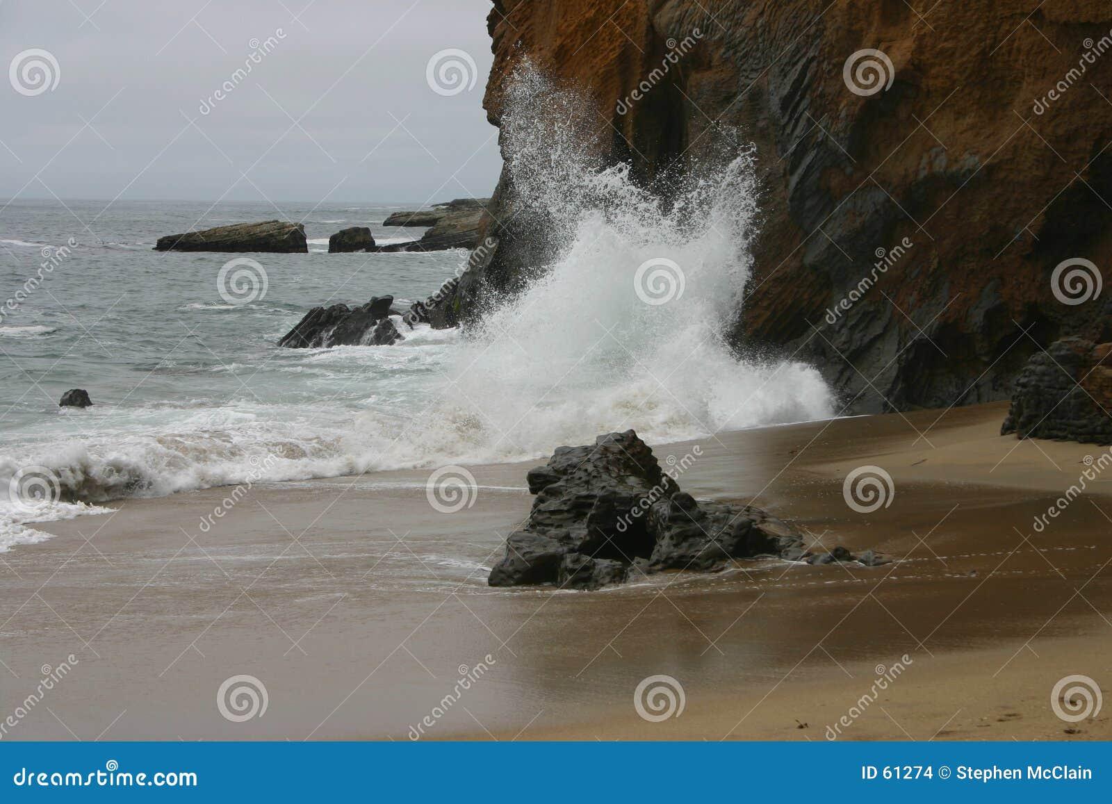 Ondes tombant en panne sur la falaise
