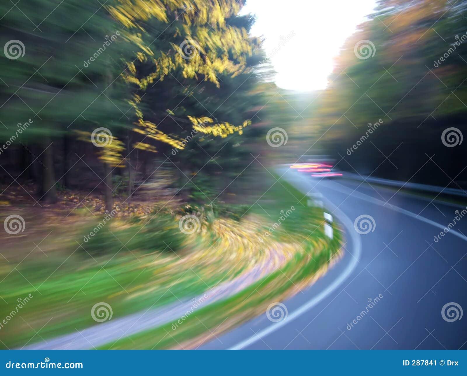 Onduidelijke beeld van de de weg het artistieke motie van de aard