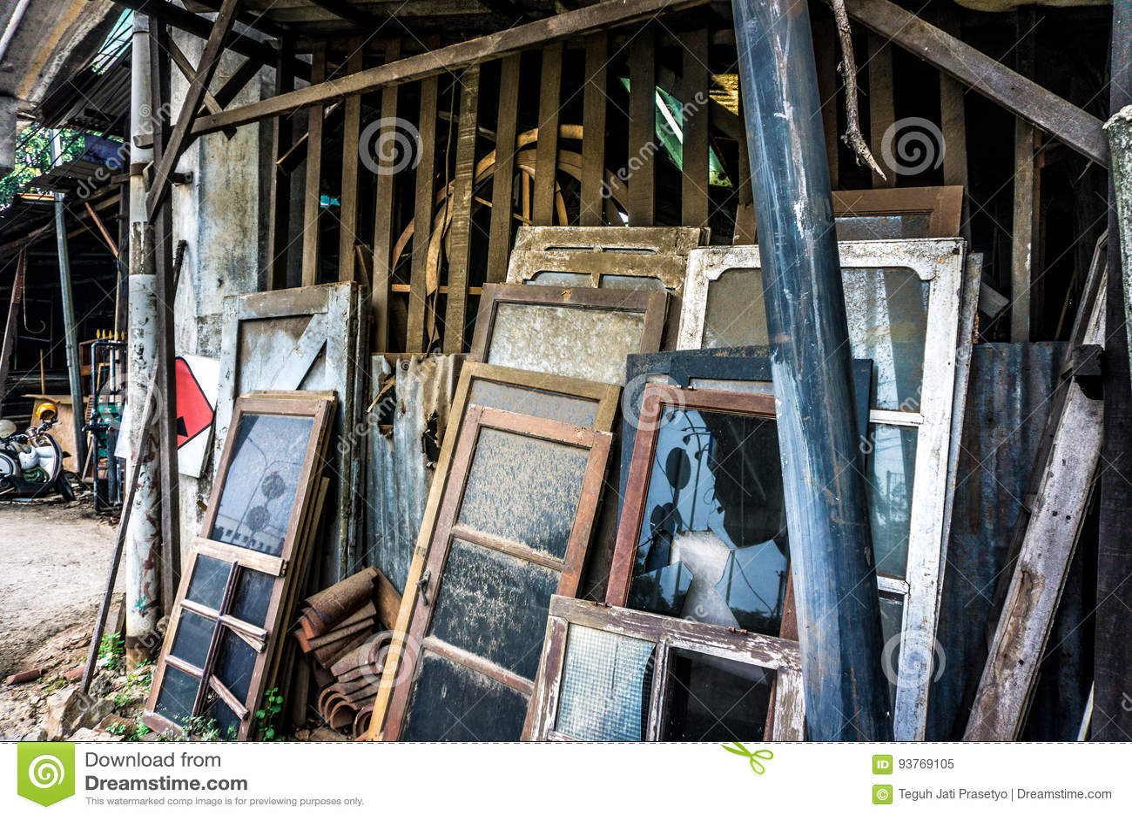 Ongebruikt en verlaat glasvensters leunen op houten die plankfoto in Djakarta Indonesië wordt genomen
