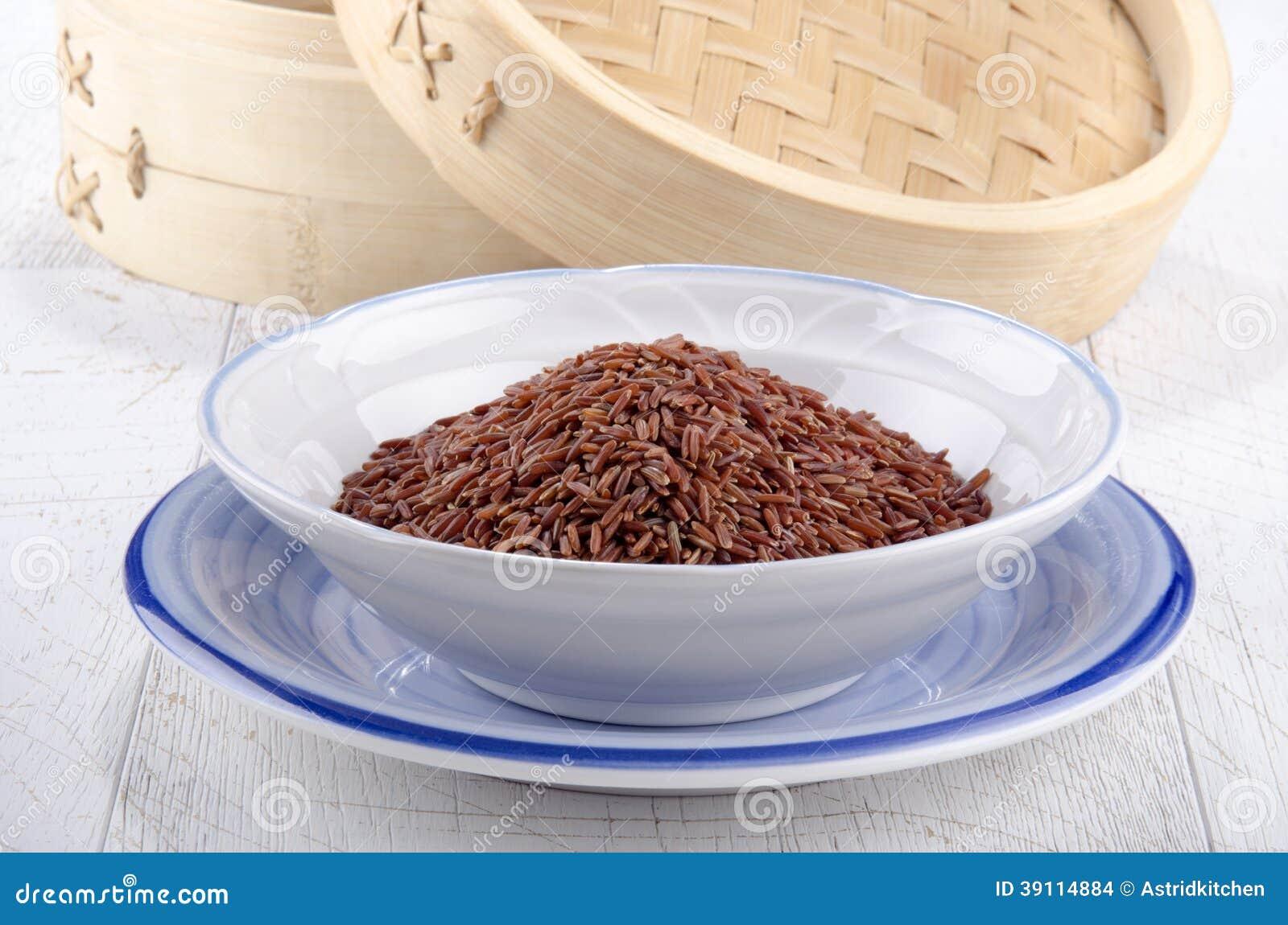 Ongekookte rode rijst in een kom