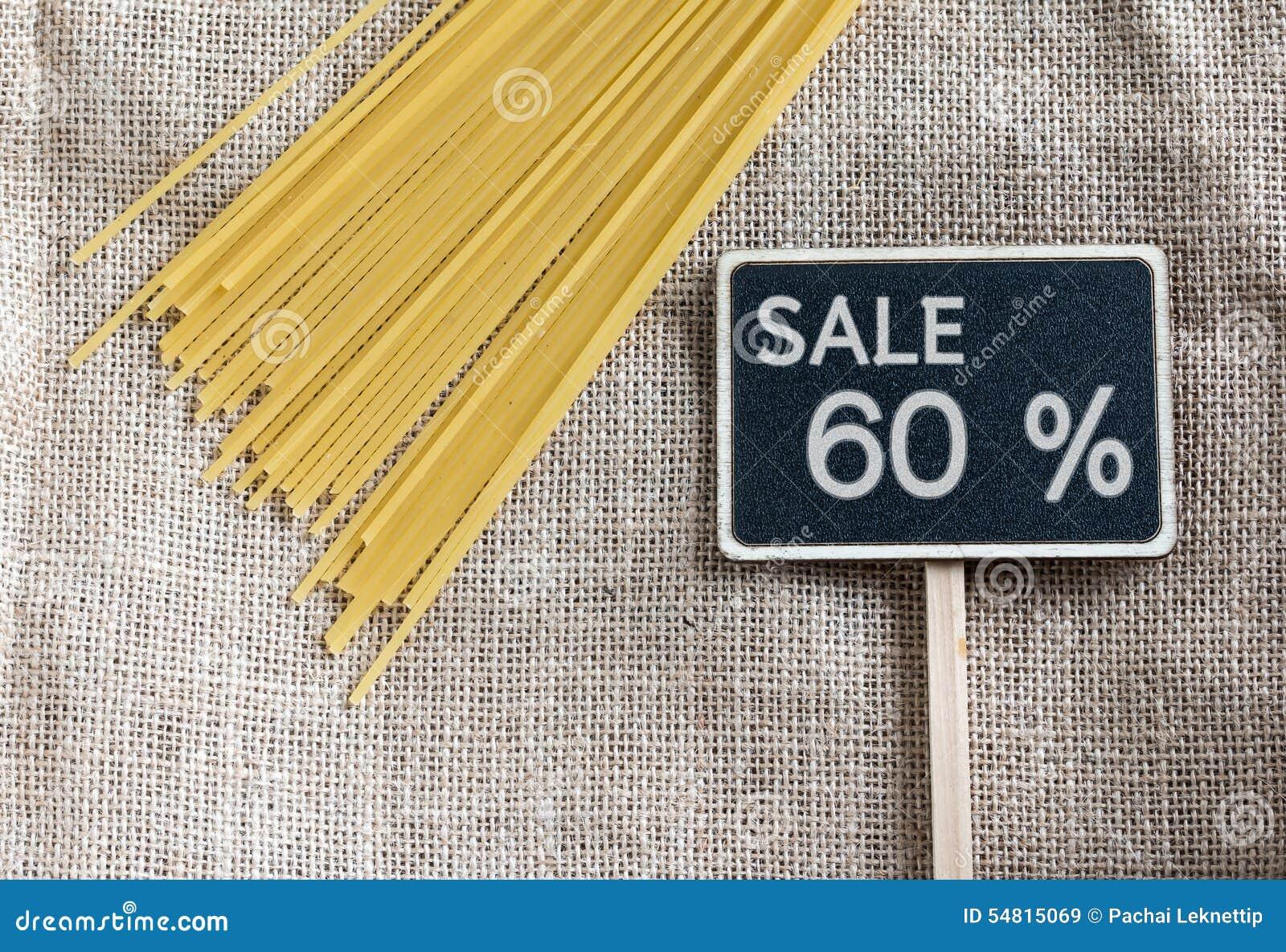 Ongekookte spaghetti en verkoop 60 percenten die op bord trekken