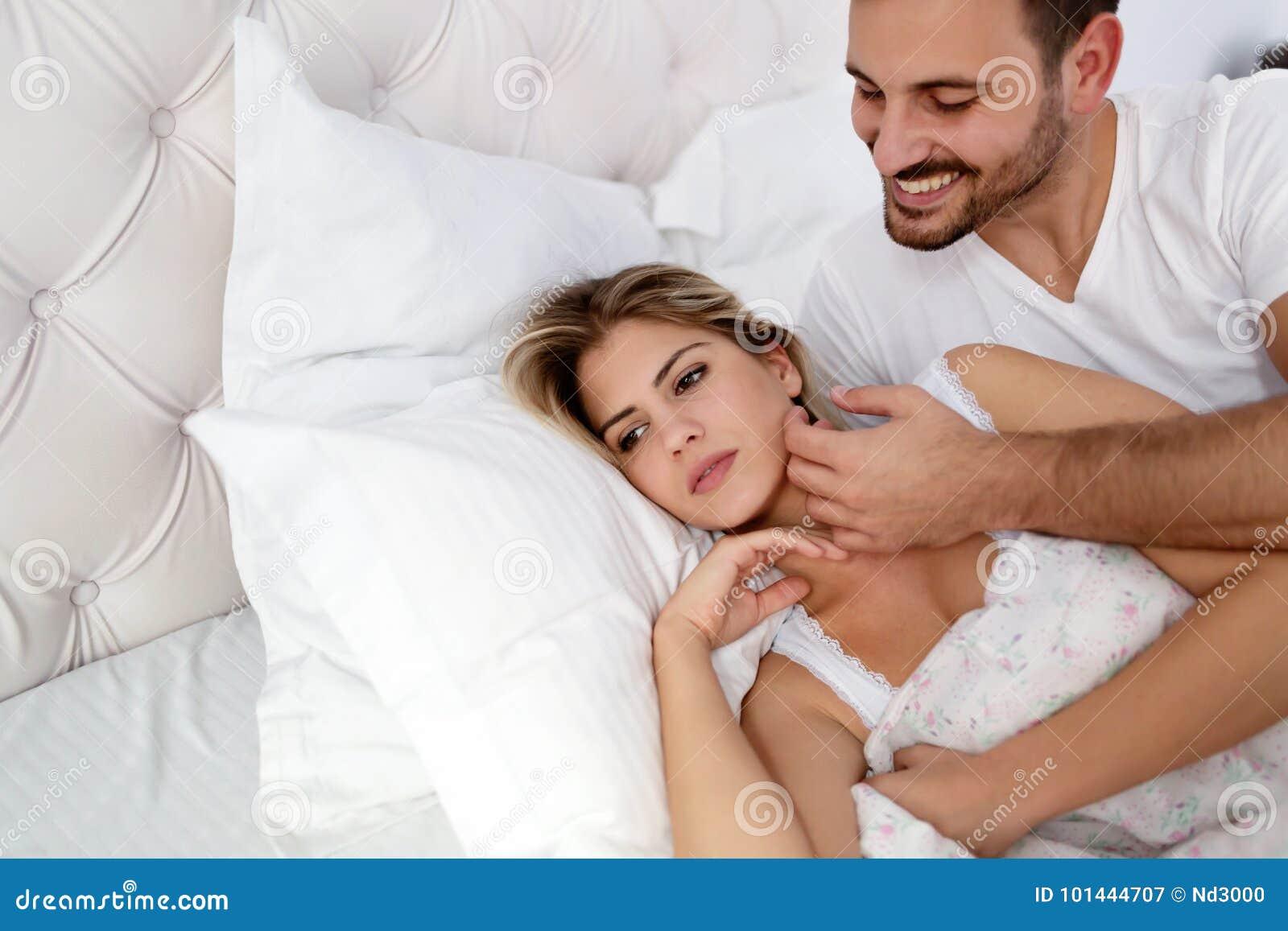 Ongelukkig jong paar die onopgeloste verhoudingsproblemen hebben